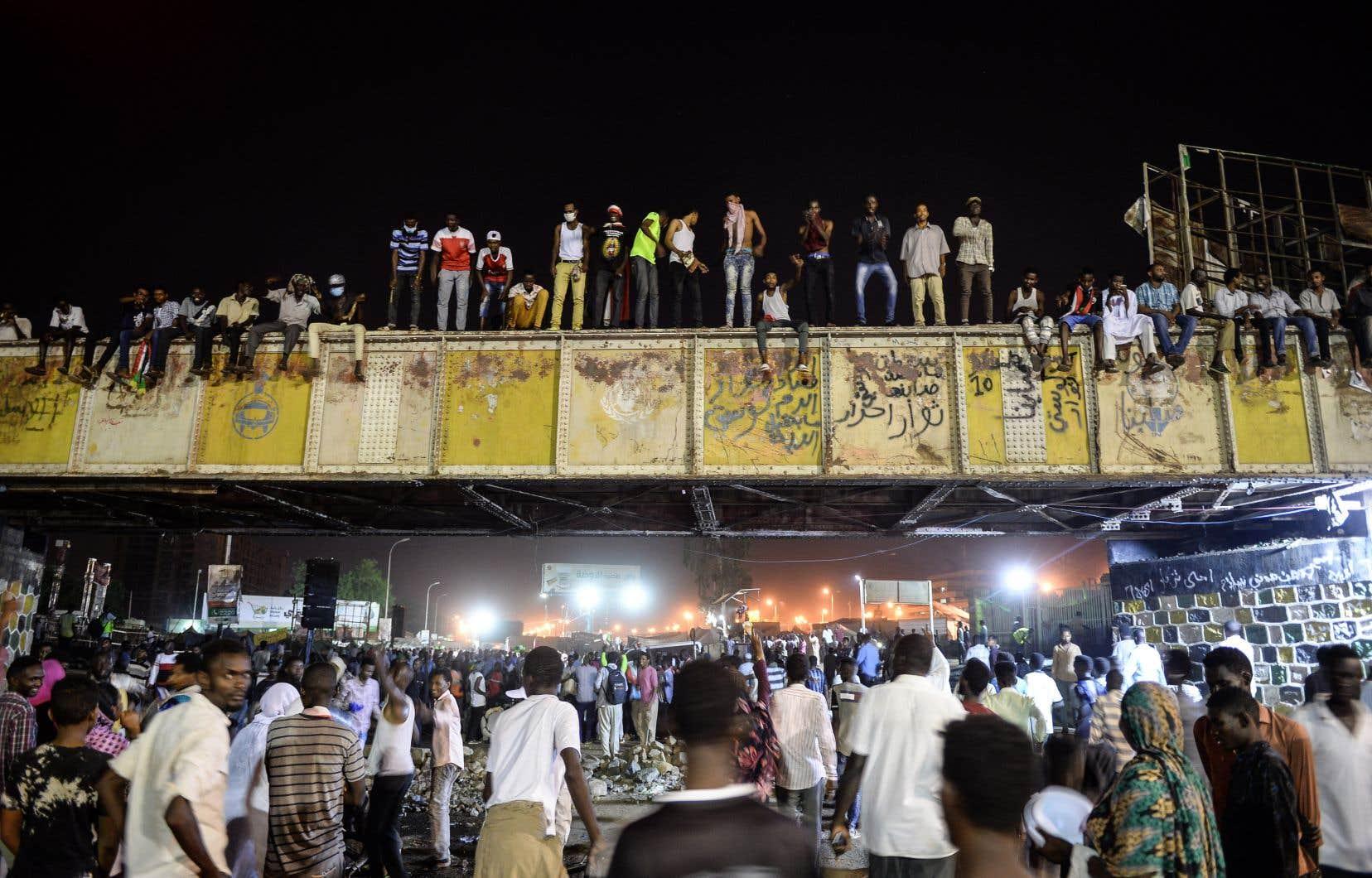 Des manifestants se sont rassemblés devant le siège de l'armée à Khartoum le 9 mai 2019.