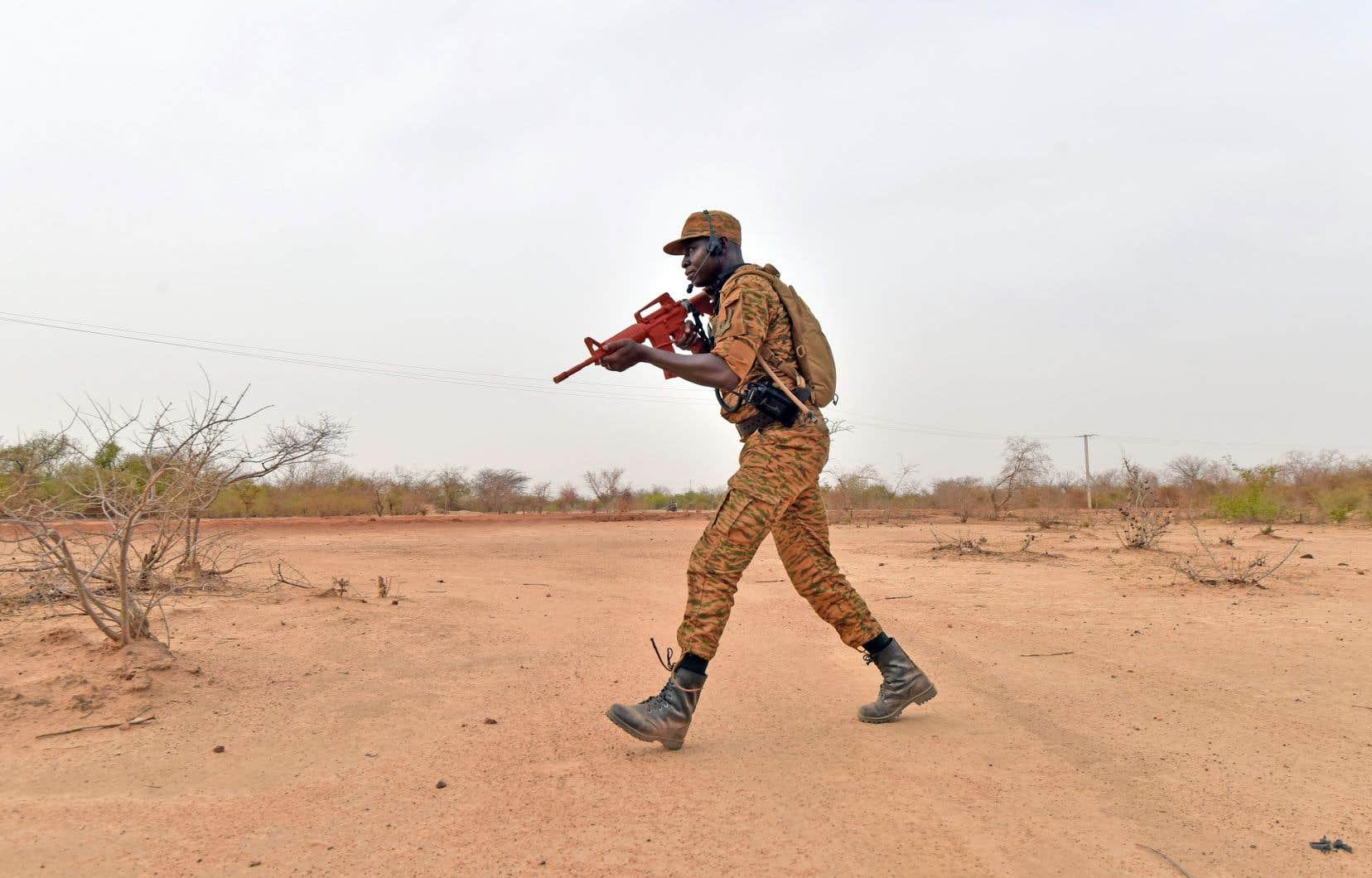 Au Burkina Faso, les attaques attribuées à des groupes djihadistes sont de plus en plus fréquentes. Sur la photo, un soldat burkinabé en entraînement.