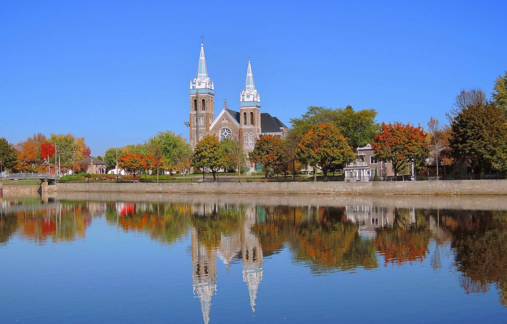 Construite selon des plans produits en 1902 par l'architecte Ovide Turgeon, l'église Saint-Romuald de Farnham a été citée comme bien patrimonial par la municipalité en 2007.