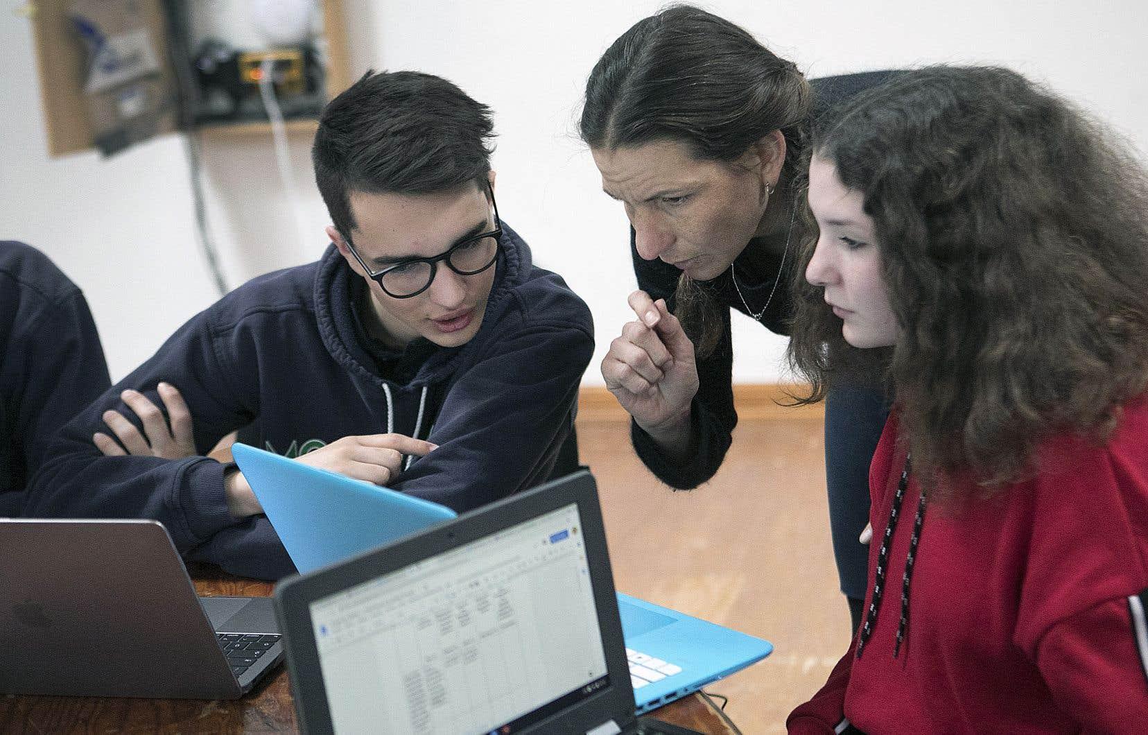 Alors que l'utilisation de l'ordinateur est répandue dans certaines écoles québécoises, la plupart ont encore recours au papier et au crayon.