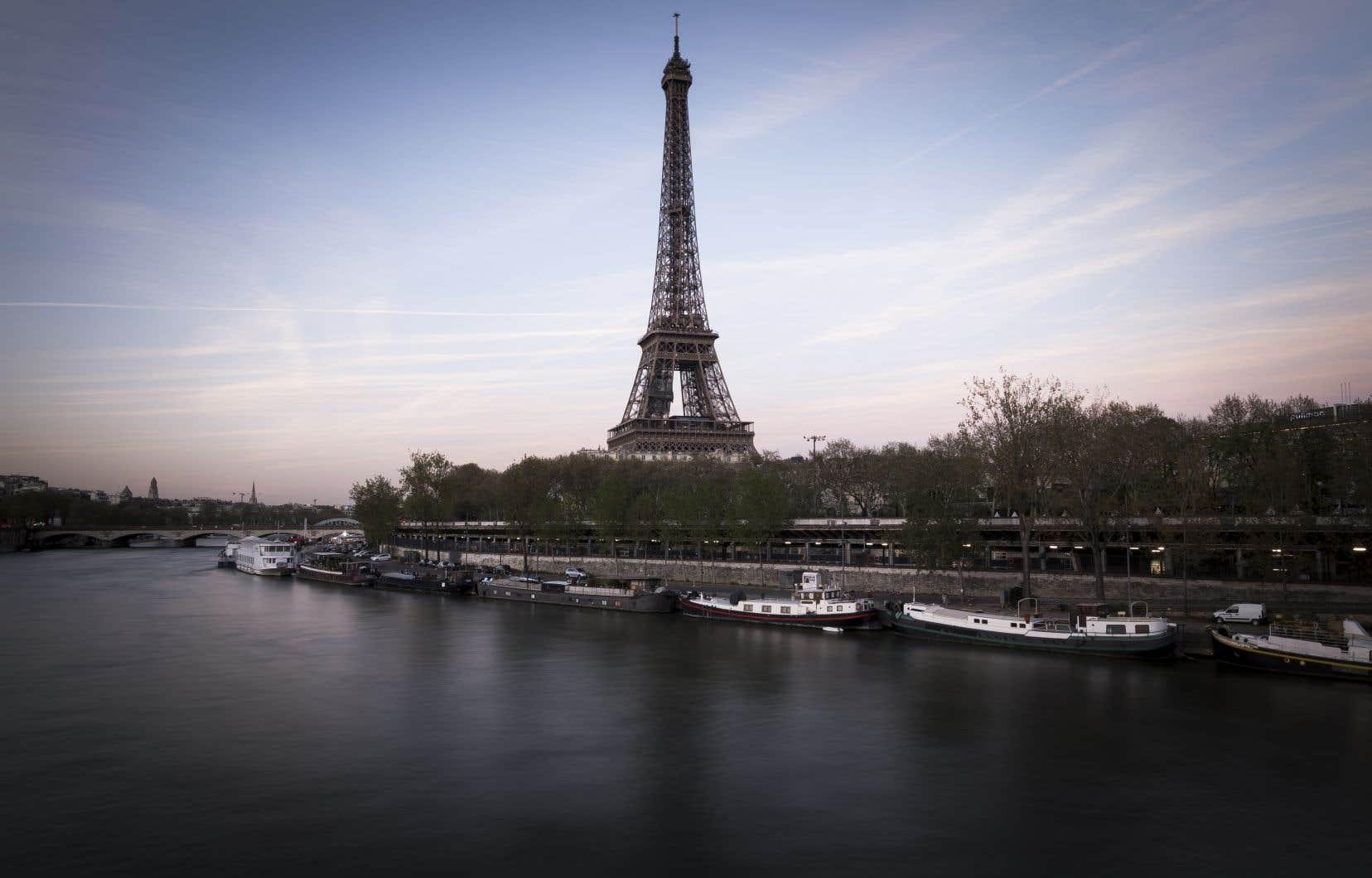 La Tour Eiffel attire chaque année plus de sept millions de visiteurs.