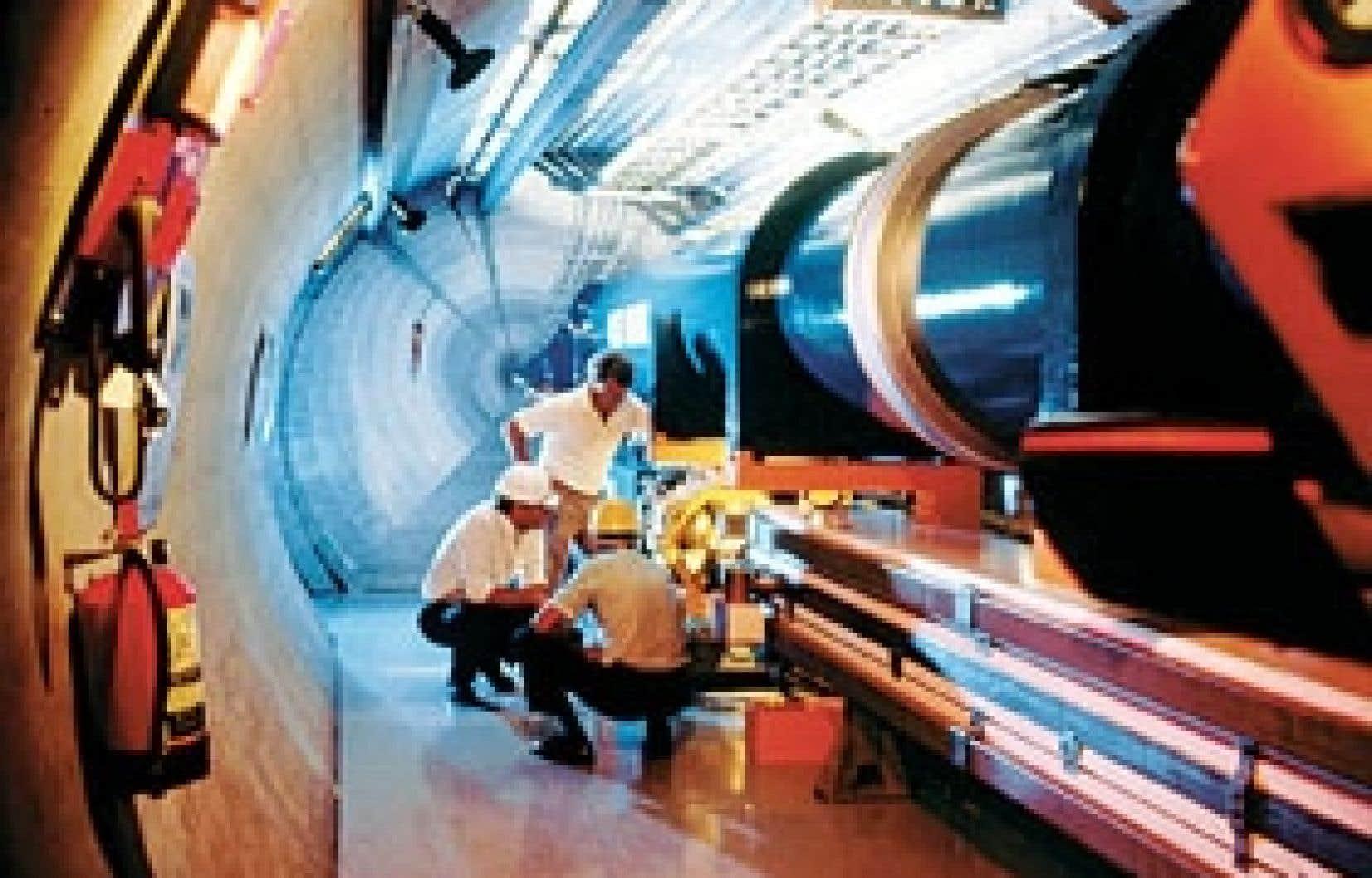Logé dans un tunnel en forme d'anneau d'une circonférence de 27 kilomètres, le plus puissant accélérateur de particules subatomiques du monde est constitué d'un tuyau au sein duquel on accélérera deux faisceaux de protons dans des direction