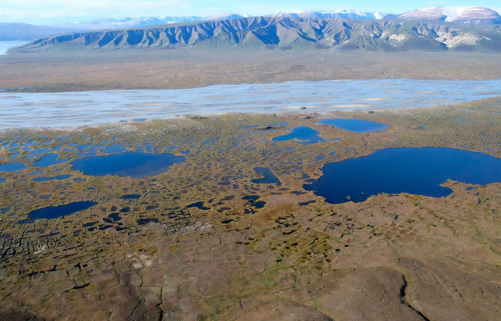 Les lacs de thermokarst sont formés par le dégel du pergélisol.