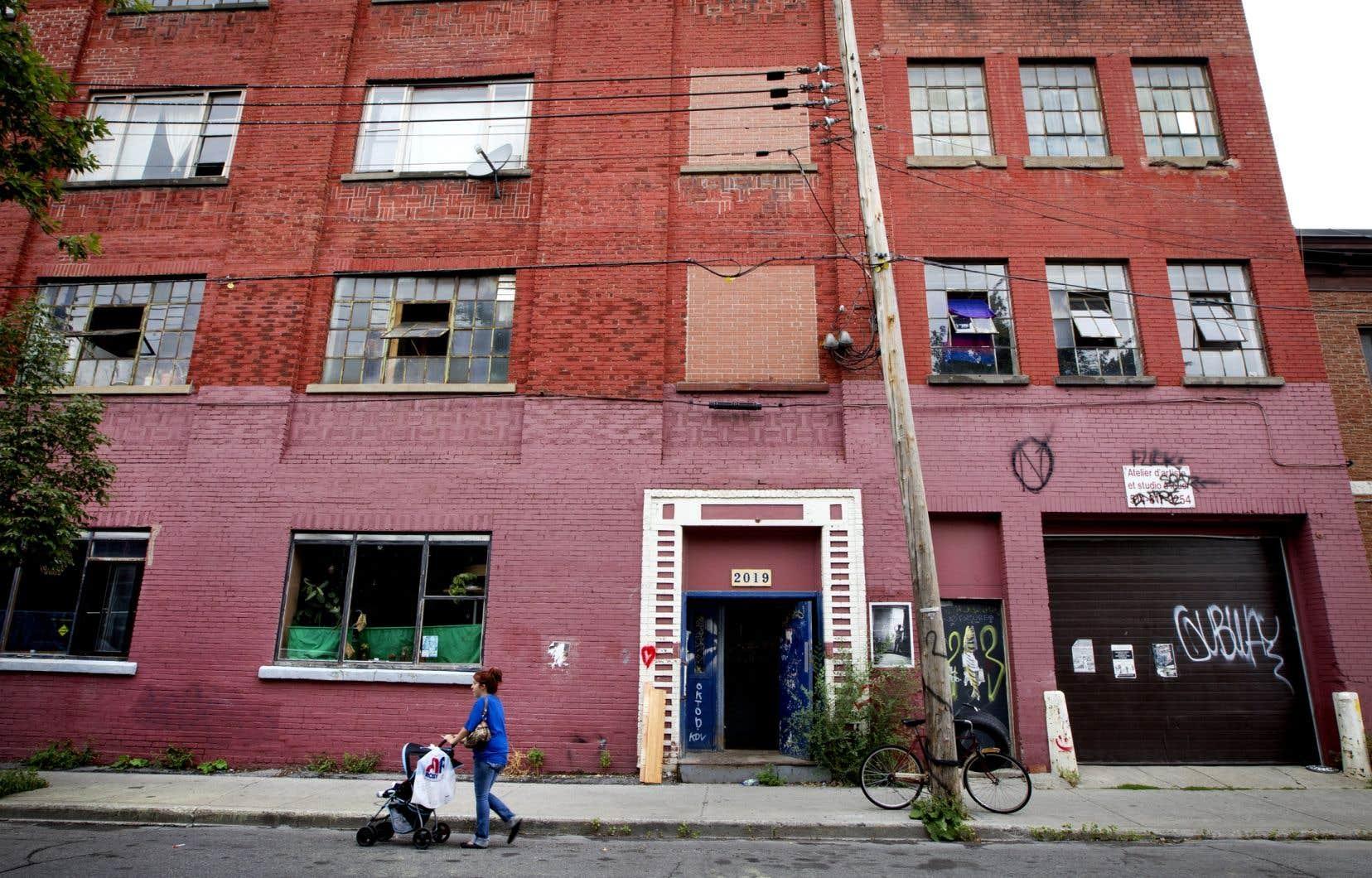 Les artistes, en quête d'un espace abordable pour créer, s'installent dans d'anciens bâtiments industriels.