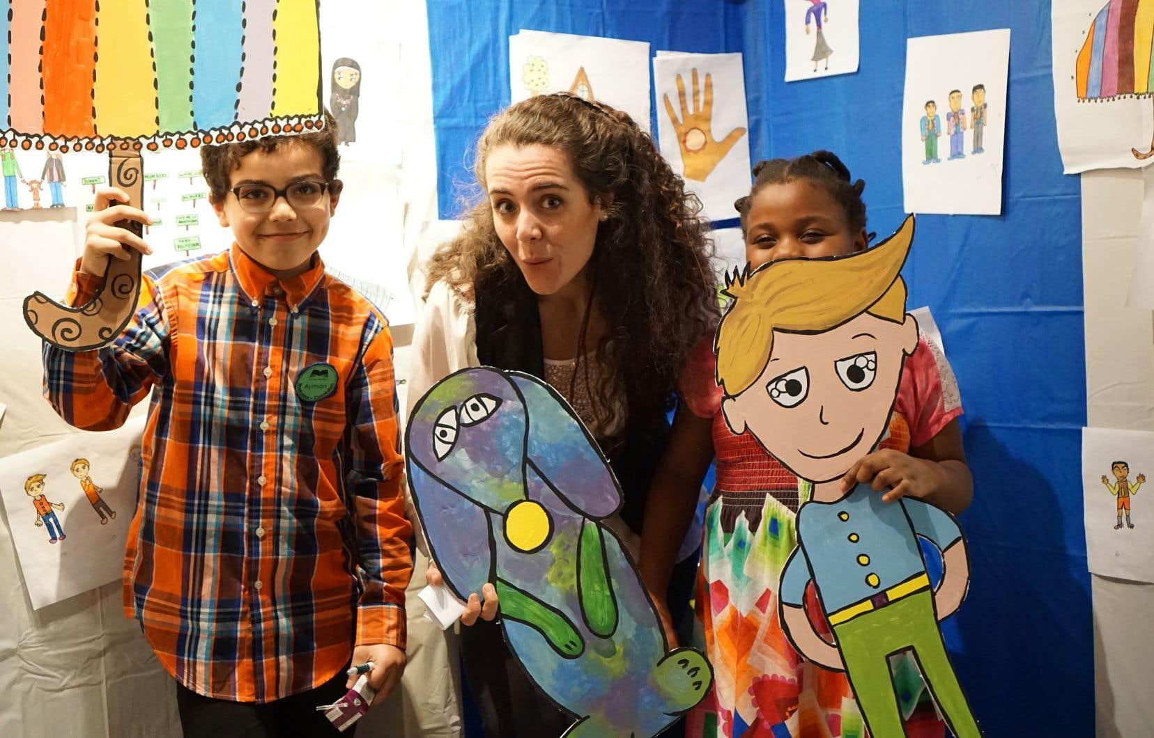 De jeunes créateurs du livre audio et Ariane DesLions, artiste et coordonnatrice de ce projet de médiation culturelle réalisé dans le quartier Ascot, à Sherbrooke