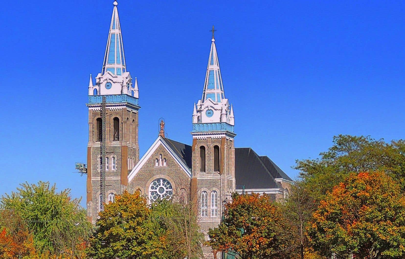 Des travaux de restauration de la maçonnerie, visibles sur cette photo datée de 2013, auraient été mal faits selon Benoît Côté, le curé responsable de la paroisse.