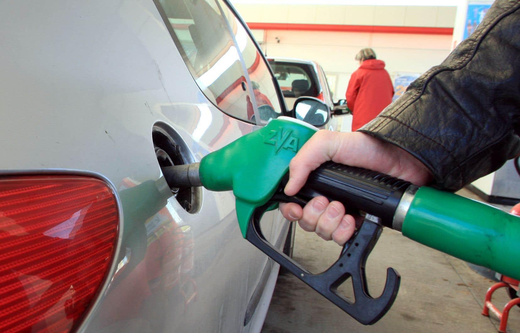 Les six provinces qui ont vu l'instauration ou l'augmentation des redevances sur le carbone en avril ont enregistré des hausses plus importantes des prix à la pompe d'un mois à l'autre, a précisé Statistique Canada dans son rapport.