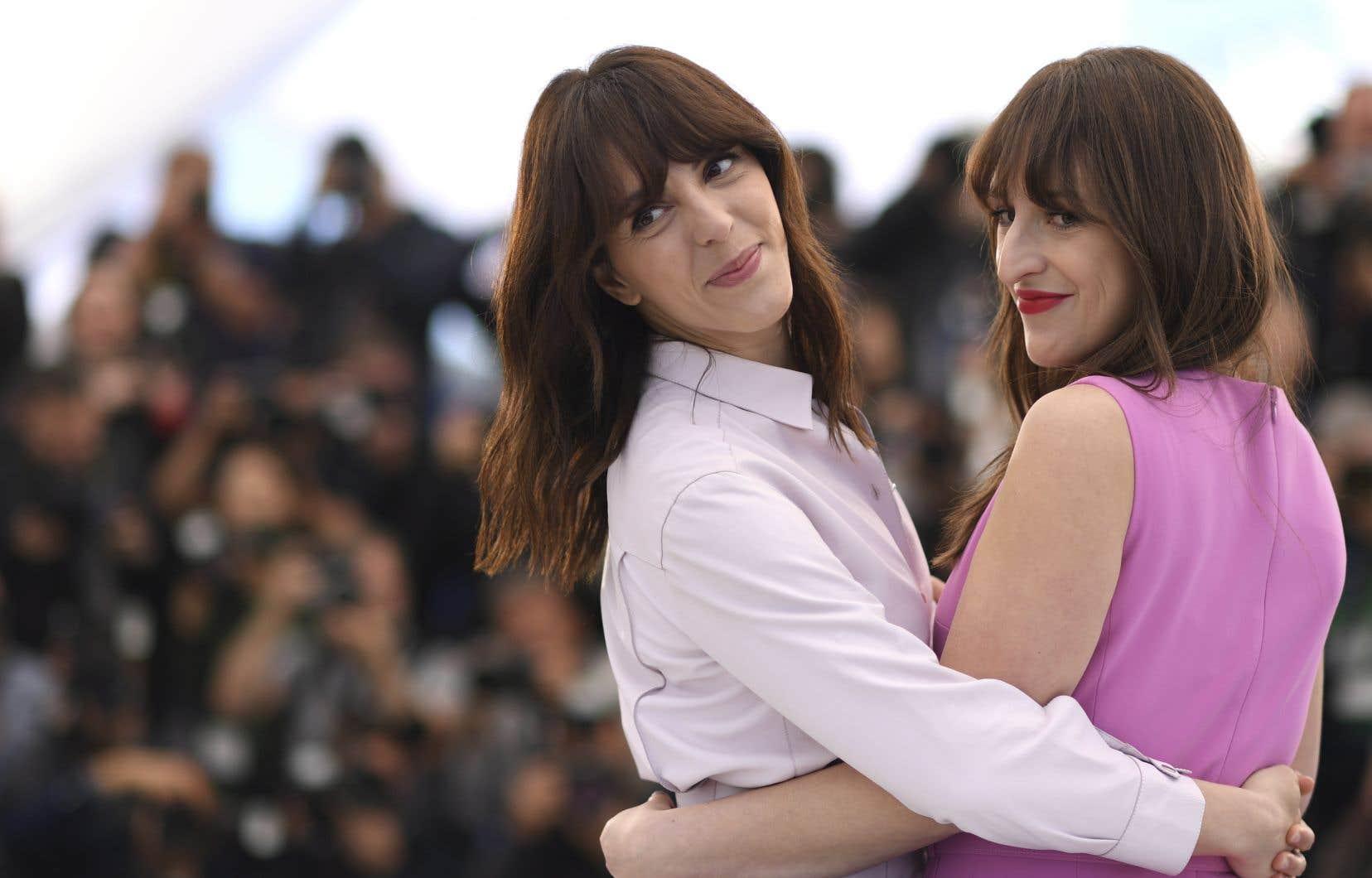 La cinéaste Monia Chokri et l'actrice Anne-Élisabeth Bossé se sont prêtées au jeu des photographes sur le tapis rouge avant la projection du film <em>La femme de mon frère</em> à la salle Claude-Debussy.