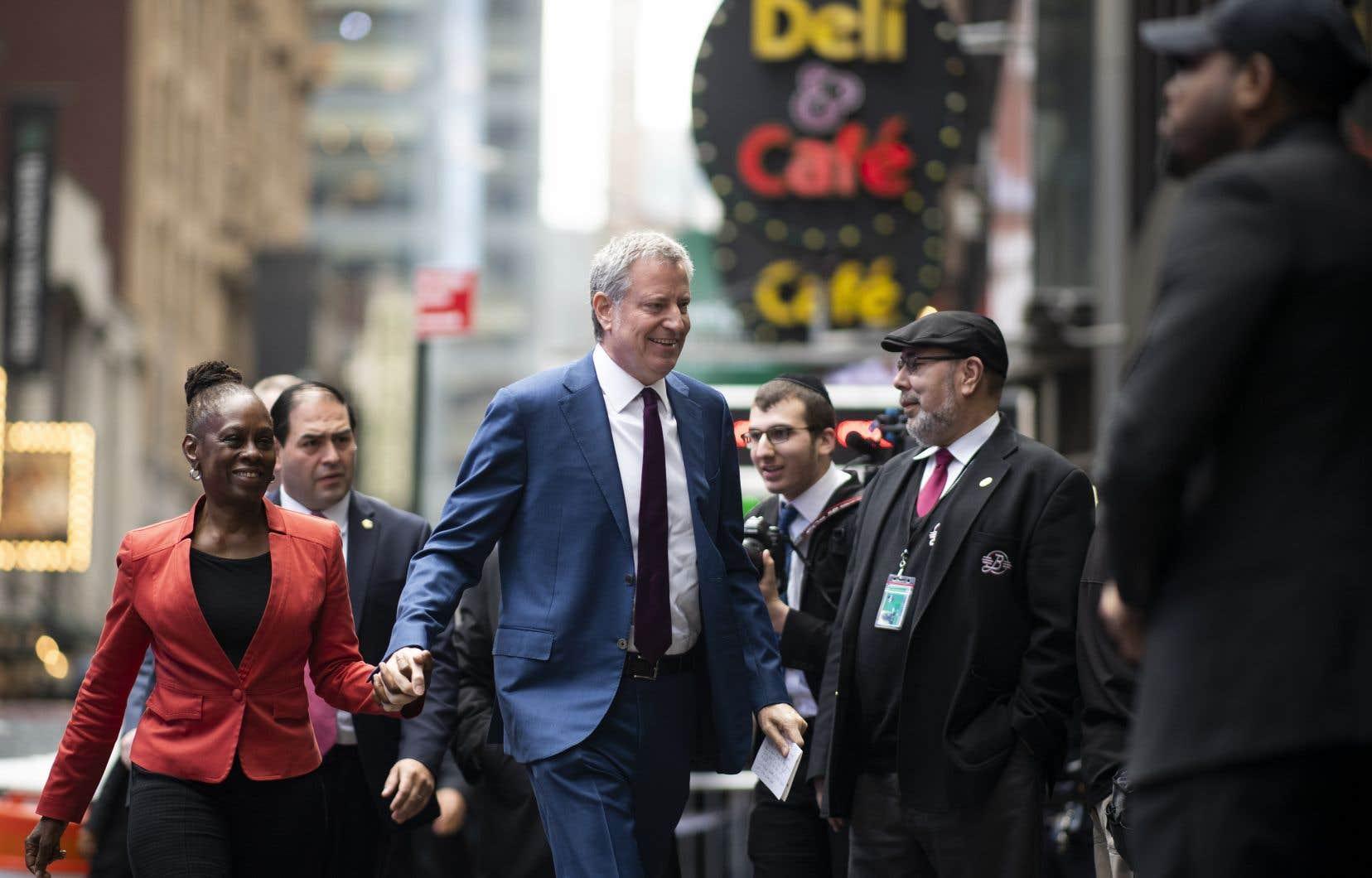 Bill de Blasio arrive à la station new-yorlaise du réseau ABC pour être interviewé lors de l'émission <em>Good Morning America</em>.