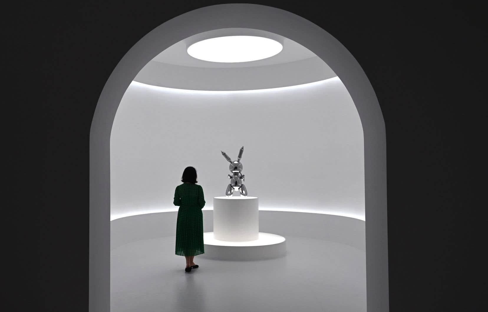 La sculpture de l'artiste américain représente un moulage en acier d'un lapin gonflable.