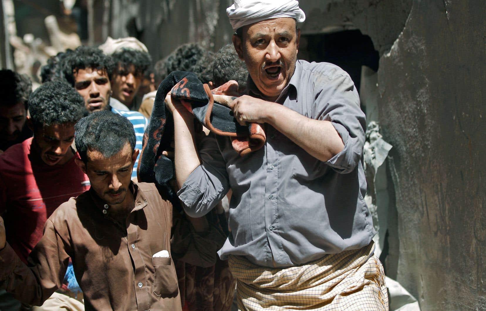Après la frappe aérienne à Sanaa, des Yéménites ont extirpé des corps des décombres, jeudi.