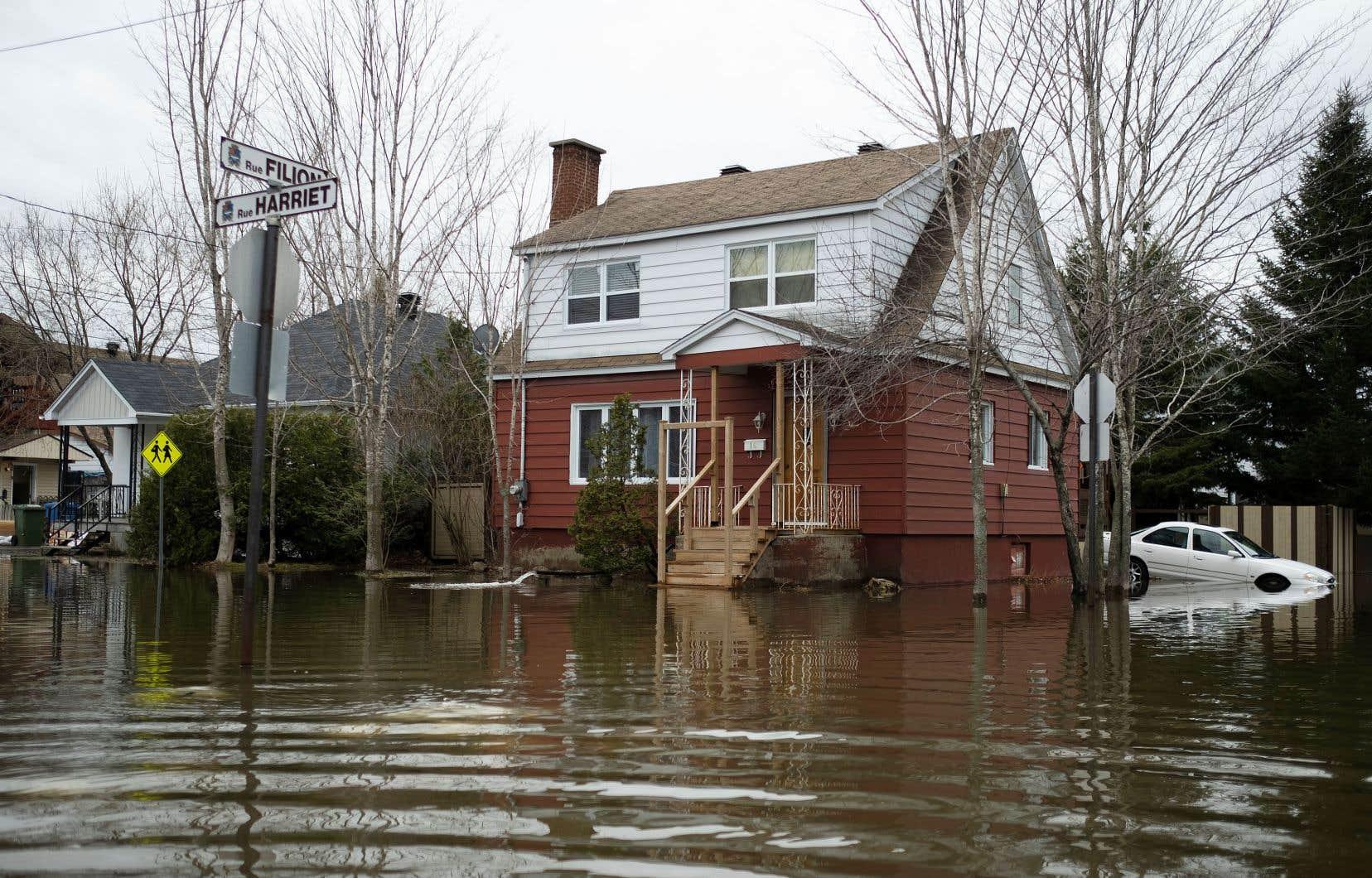 Le Banque du Canada reconnaît que le pays se réchauffe «nettement plus vite que le reste du monde», entraînant des phénomènes météorologiques extrêmes.