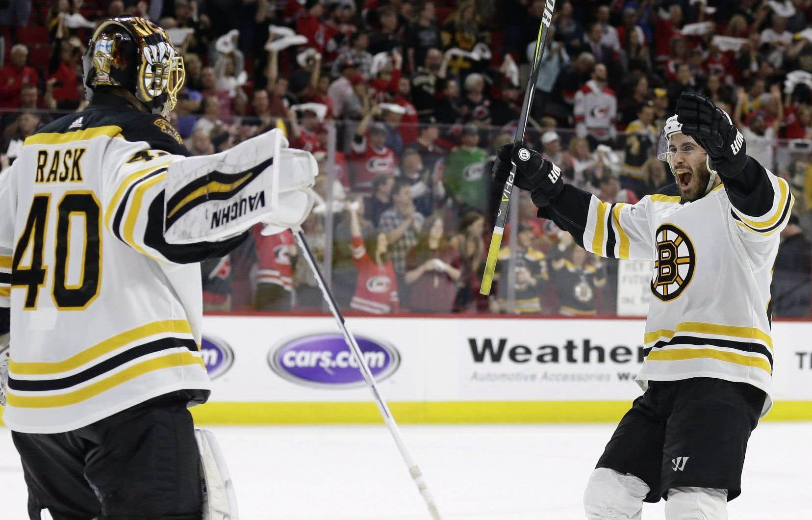 <p>Tuukka Rask a effectué 24 arrêts, en route vers un deuxième blanchissage depuis le début des séries pour les Bruins.</p>