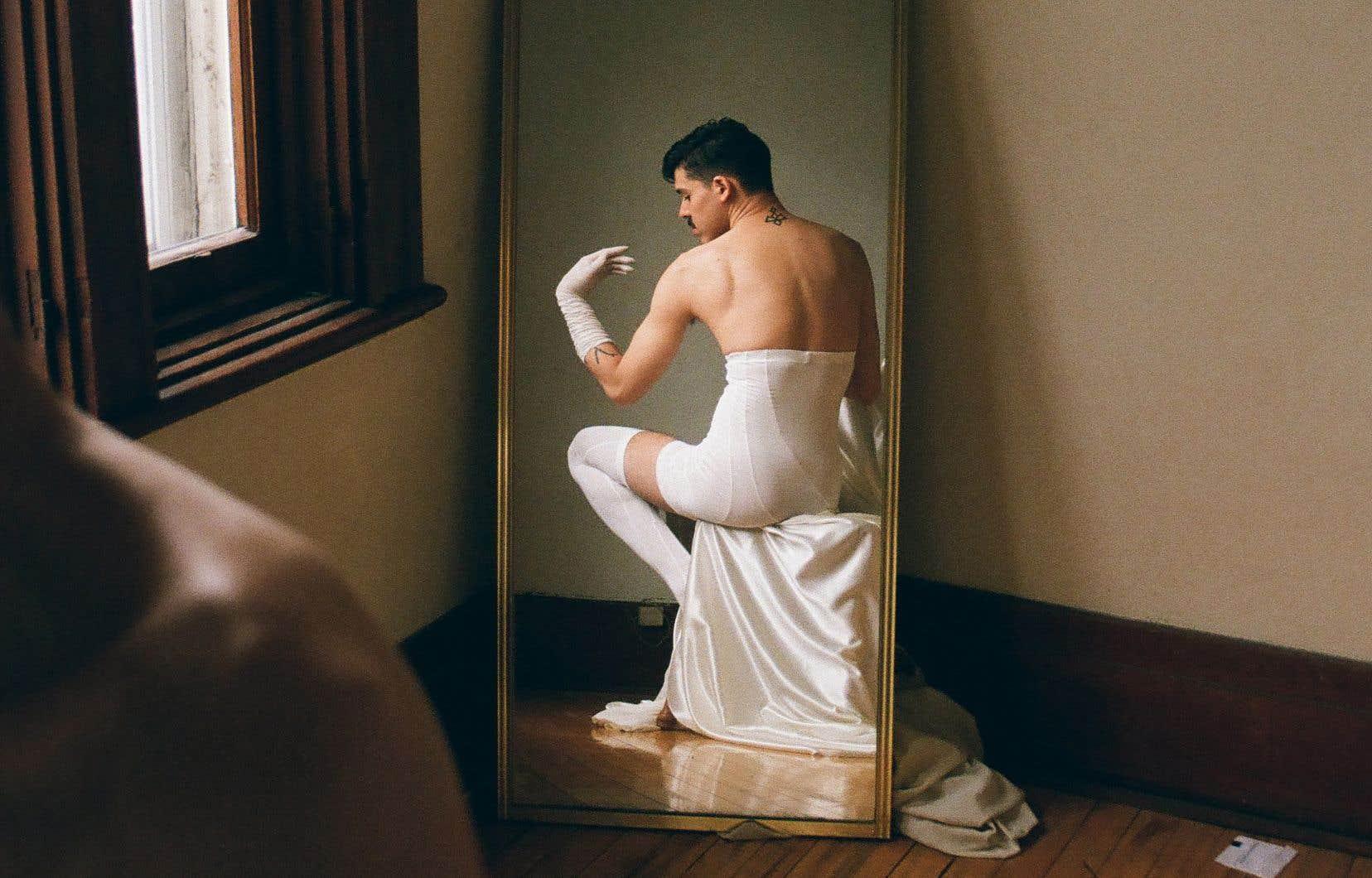 Exilium traite principalement du corps migrant queer et du rapport du performeur à son pays natal, la Colombie.