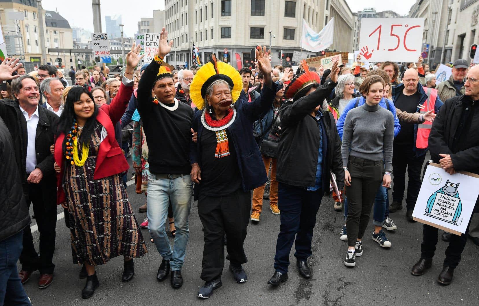 <p>Arrivé lundi du Brésil pour une tournée de trois semaines en Europe, Raoni Metuktire a défilé avec les jeunes belges qui manifestent chaque semaine depuis cinq mois pour sommer les politiques d'agir contre le réchauffement climatique.</p>
