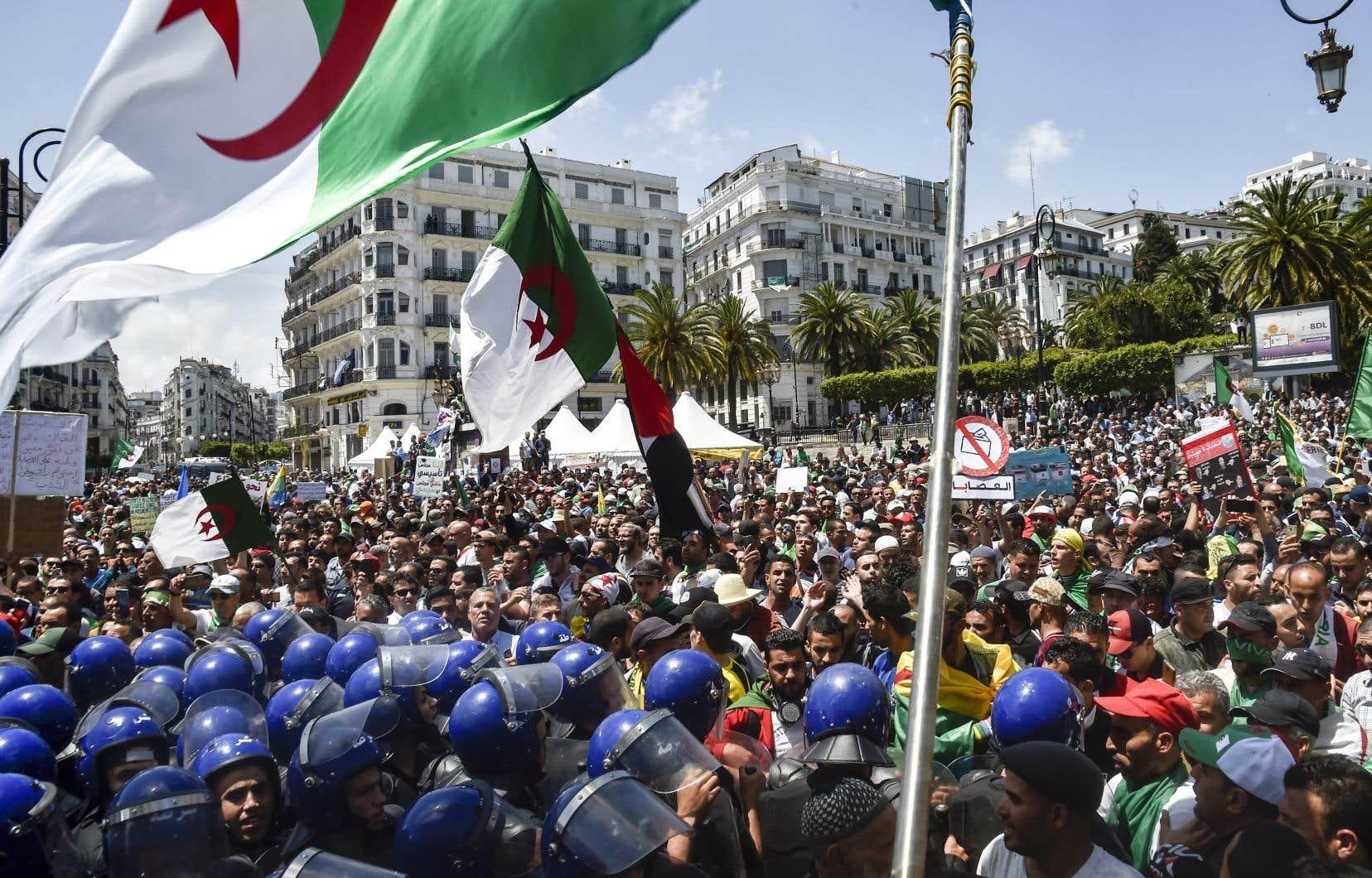 <p>La police est déployée en nombre depuis le début de la matinée à Alger et interdit notamment, avec des véhicules et des policiers munis de boucliers, l'accès au parvis et aux marches de la Grande Poste, lieu symbolique pour les manifestants.</p>