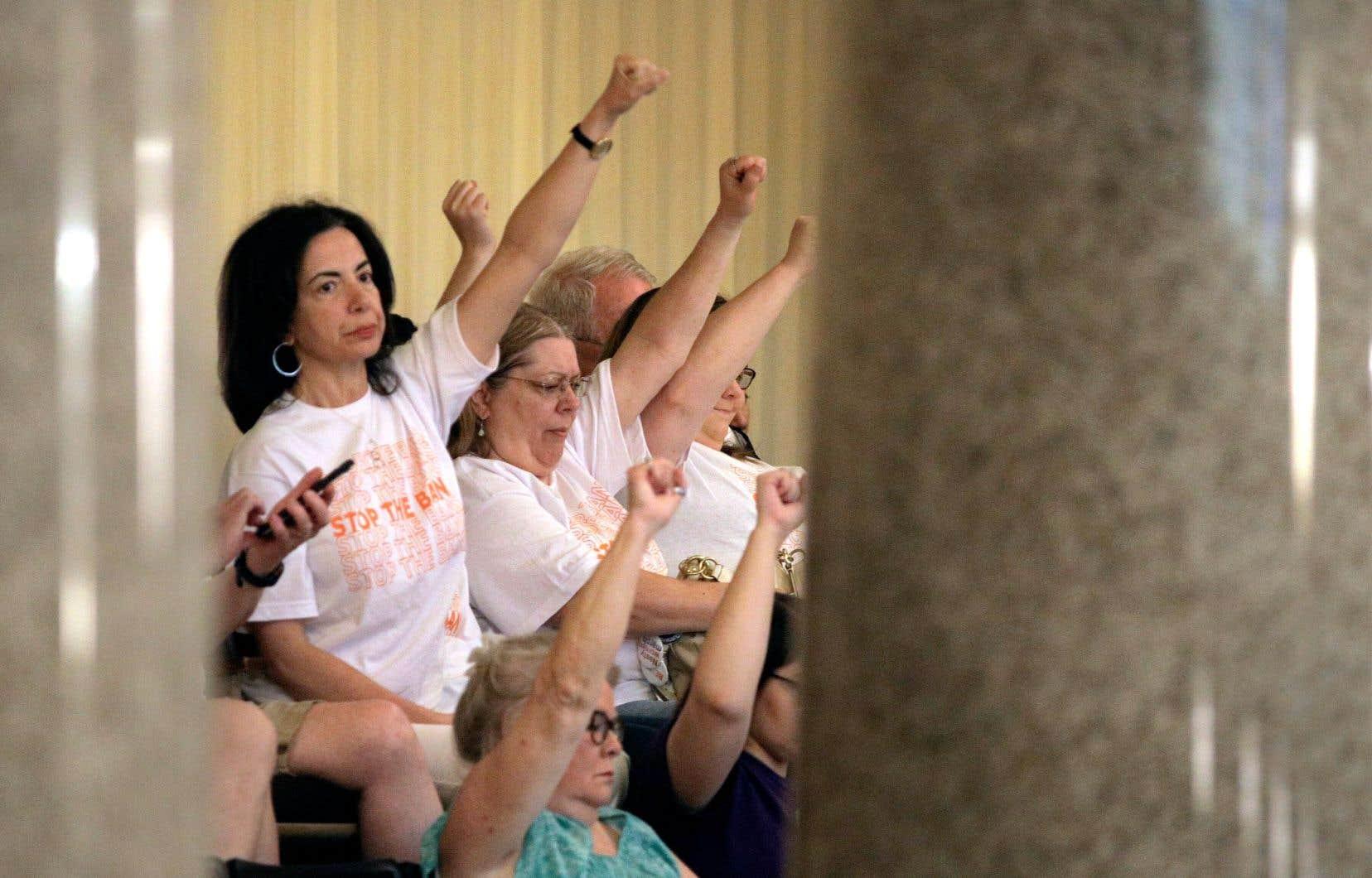 Des manifestantes pour le droit à l'avortement, vendredi, au Missouri. La même journée, le Parlement de cet État a adopté une loi interdisant aux médecins de pratiquer des avortements après la huitième semaine de grossesse.