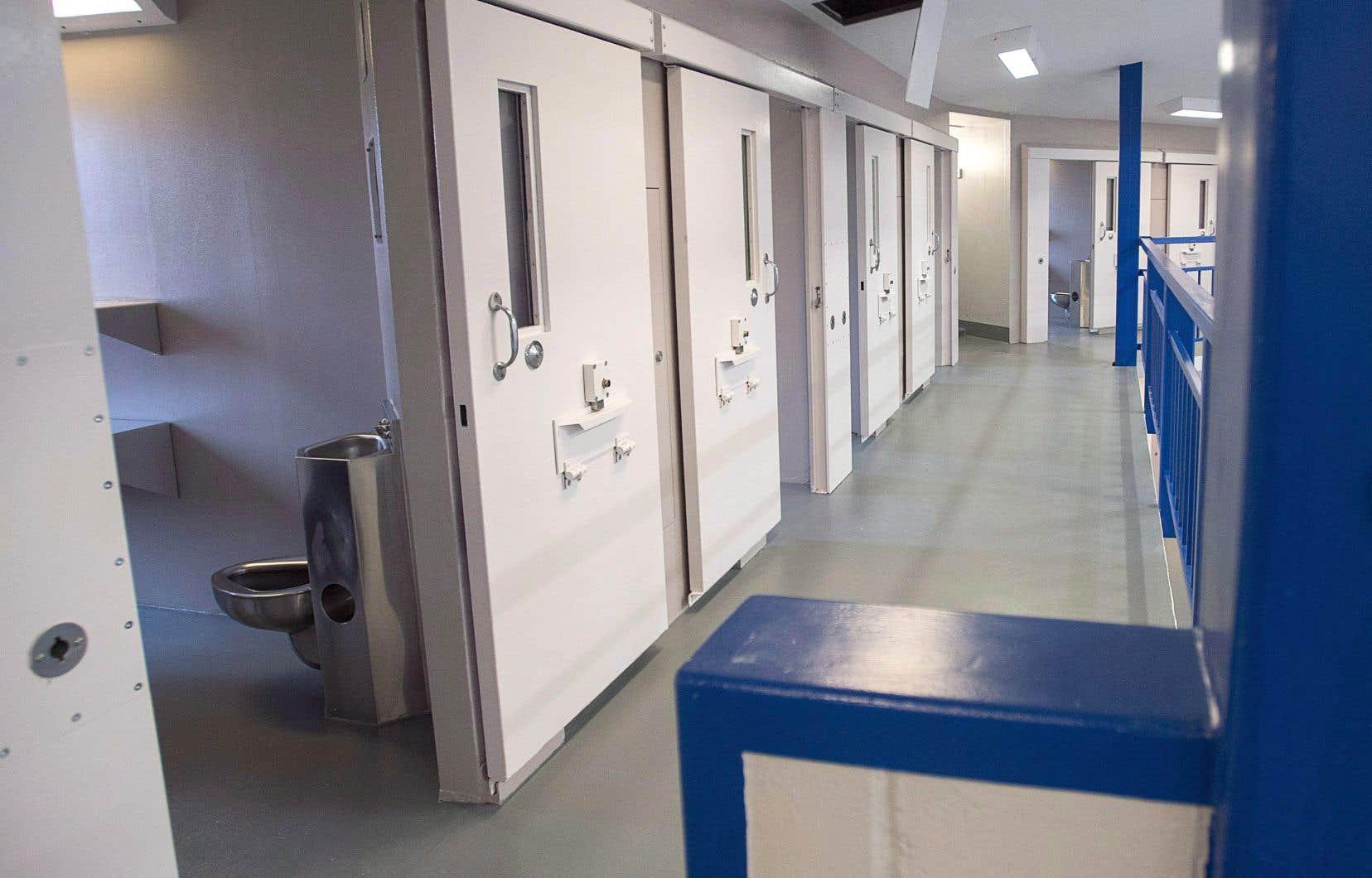 Environ la moitié des agents de libération conditionnelle fédéraux travaillent dans des pénitenciers et des établissements correctionnels.
