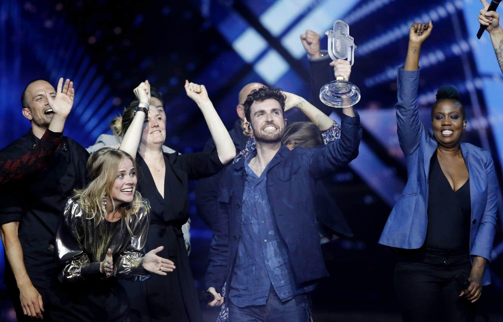 Le chanteur néerlandais âgé de 25ans, a remporté la victoire grâce au vote populaire, obtenant 492points.