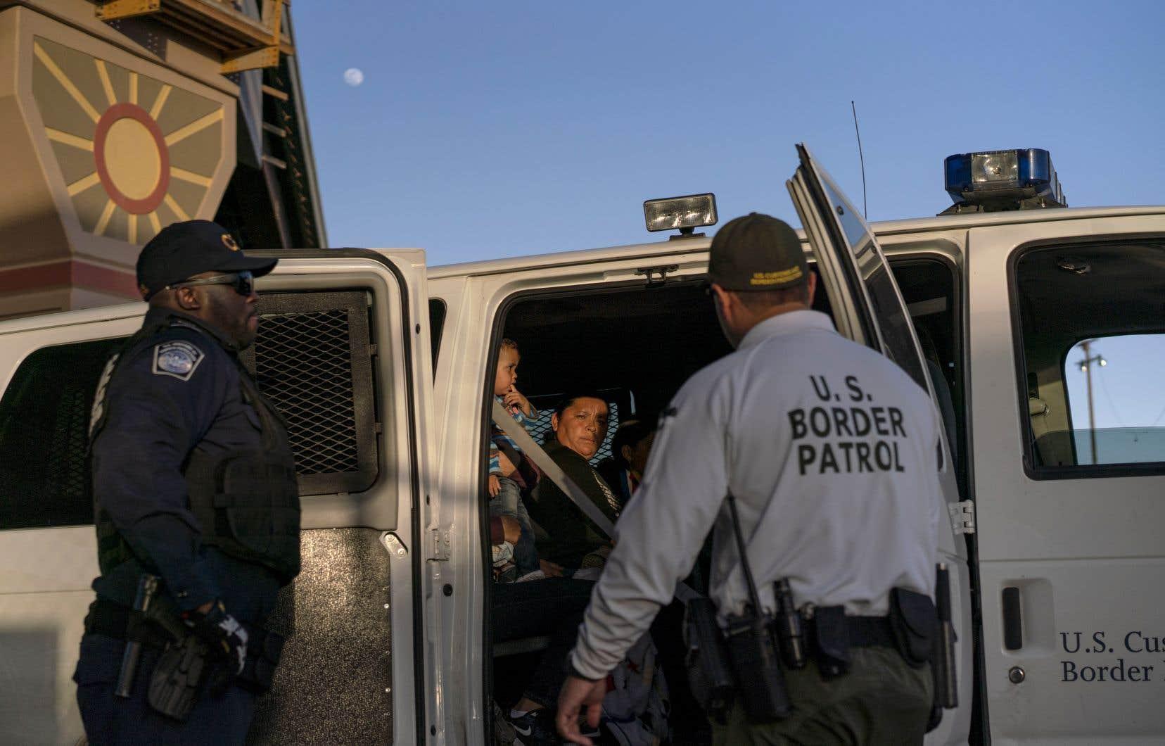 Plus de 1 100 migrants provenant d'Amérique centrale et d'autres pays traversent chaque jour la frontière américaine dans le secteur d'El Paso. Les gardes-frontières disent manquer de ressources pour répondre à cette crise migratoire.