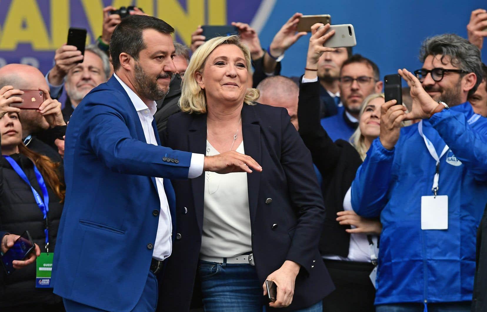 Vraie star de ce rassemblement d'une douzaine de partis de la droite nationaliste auquel assistait Marine Le Pen, Matteo Salvini a multiplié les références à la religion catholique et aux racines judéochrétiennes de l'Europe, brandissant un rosaire et invoquant la Vierge Marie.