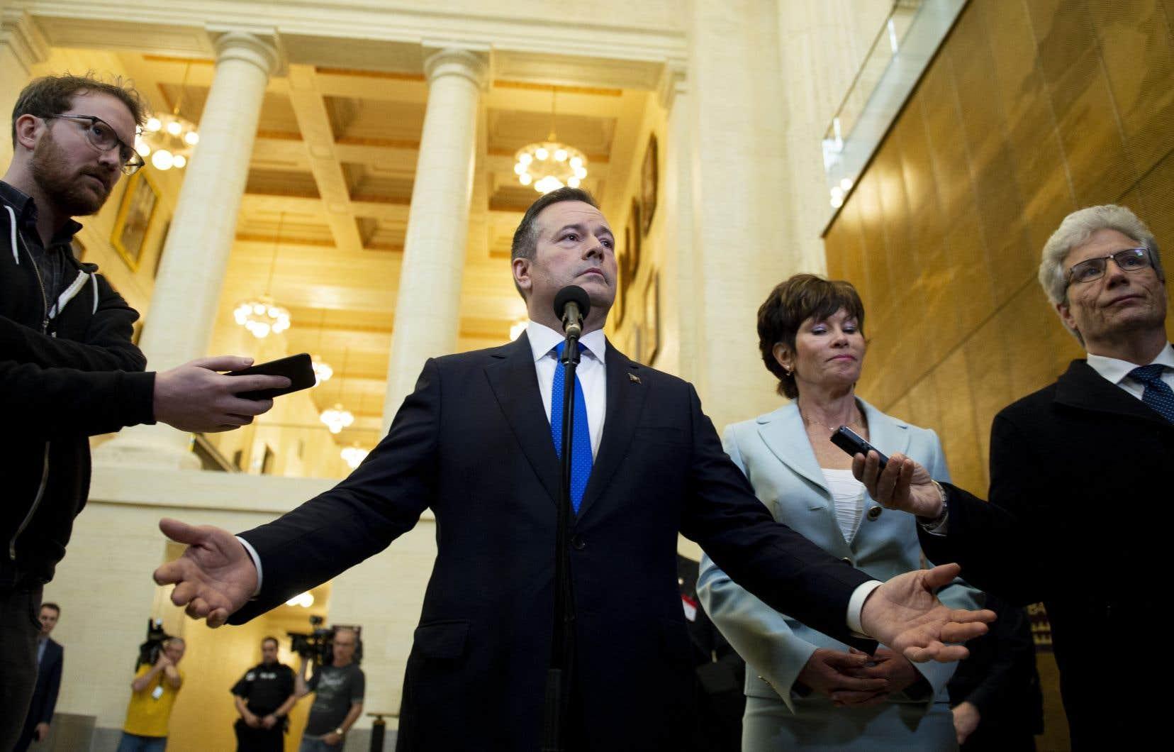 Le premier ministre Jason Kenney et les 63 membres de son caucus du Parti conservateur uni seront assermentés en tant que députés, mardi.