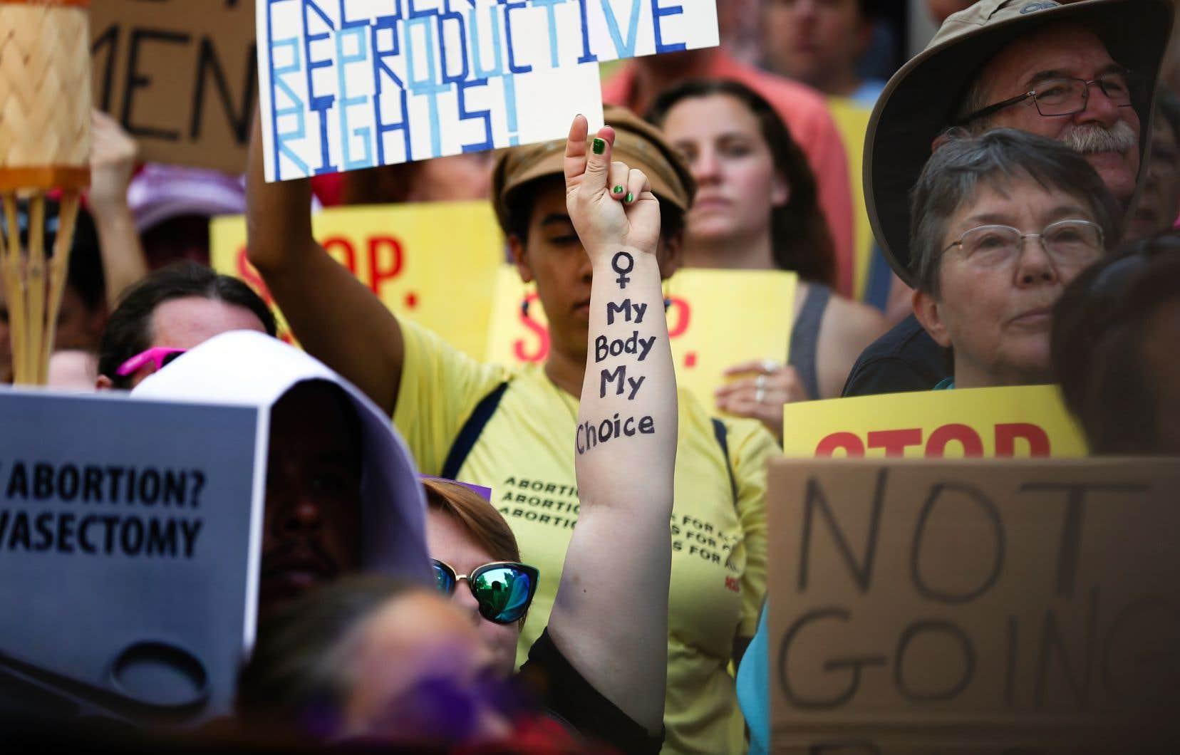 Des militants du droit à l'avortement ont manifesté devant le parlement de l'État de la Géorgie, à Atlanta, mardi, pour protester contre la nouvelle loi interdisant l'avortement dès qu'un battement de cœur du fœtus a été détecté.