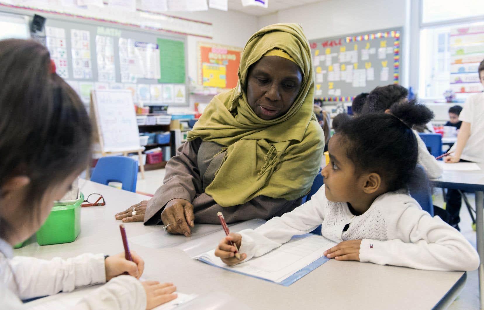 Le port de signes religieux, notamment le voile islamique, est en progression dans les écoles publiques de la région de Montréal, affirme l'auteur.
