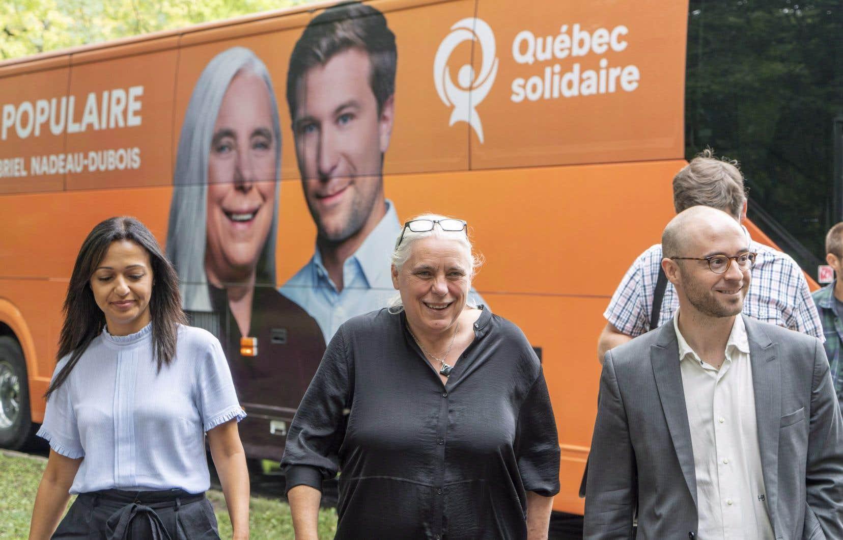 La députée Ruba Ghazal en compagnie de Manon Massé et de Sol Zanetti lors de la dernière campagne électorale.