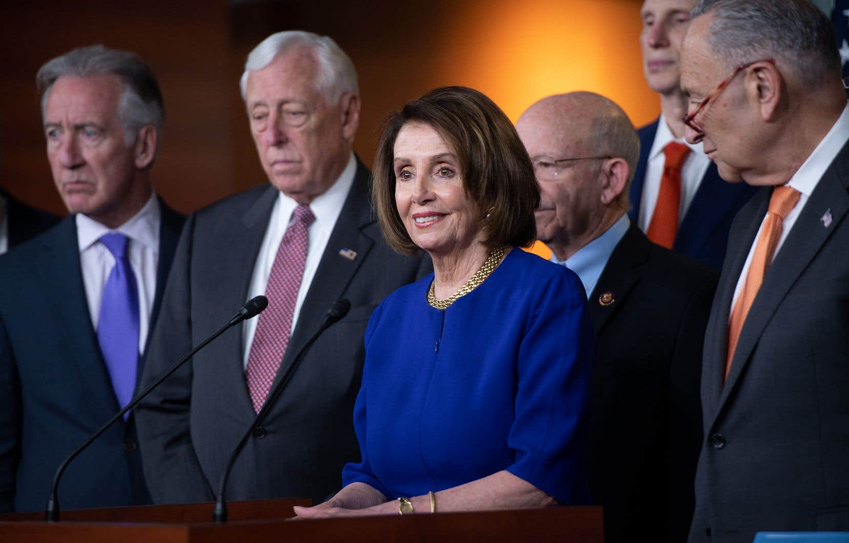 La président de la Chambre des représentants des États-Unis, Nancy Pelosi (au centre), et le leader démocrate au Sénat, Chuck Schumer (à droite), ont tenu une conférence de presse avec leurs collègues démocrates à Capitol Hill, à Washington, mercredi.