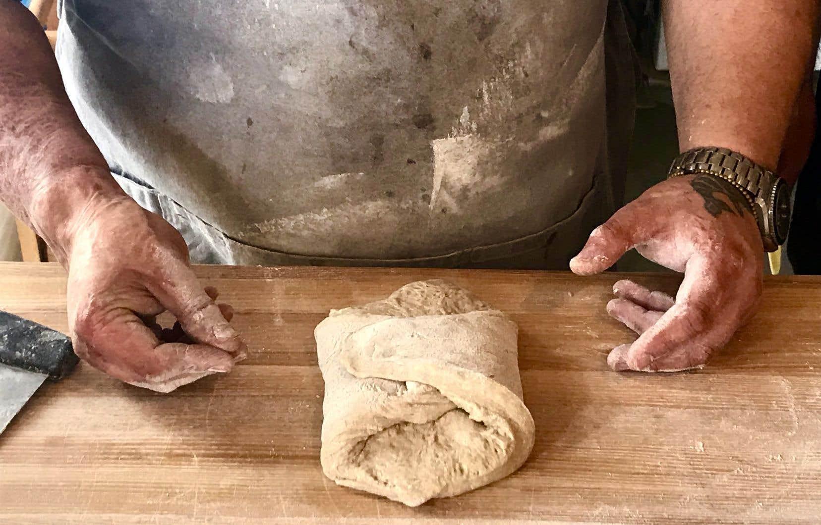 Albert Elbilia, de la boulangerie Merci la vie à Prévost, explique comment façonner la pâte avec douceur.