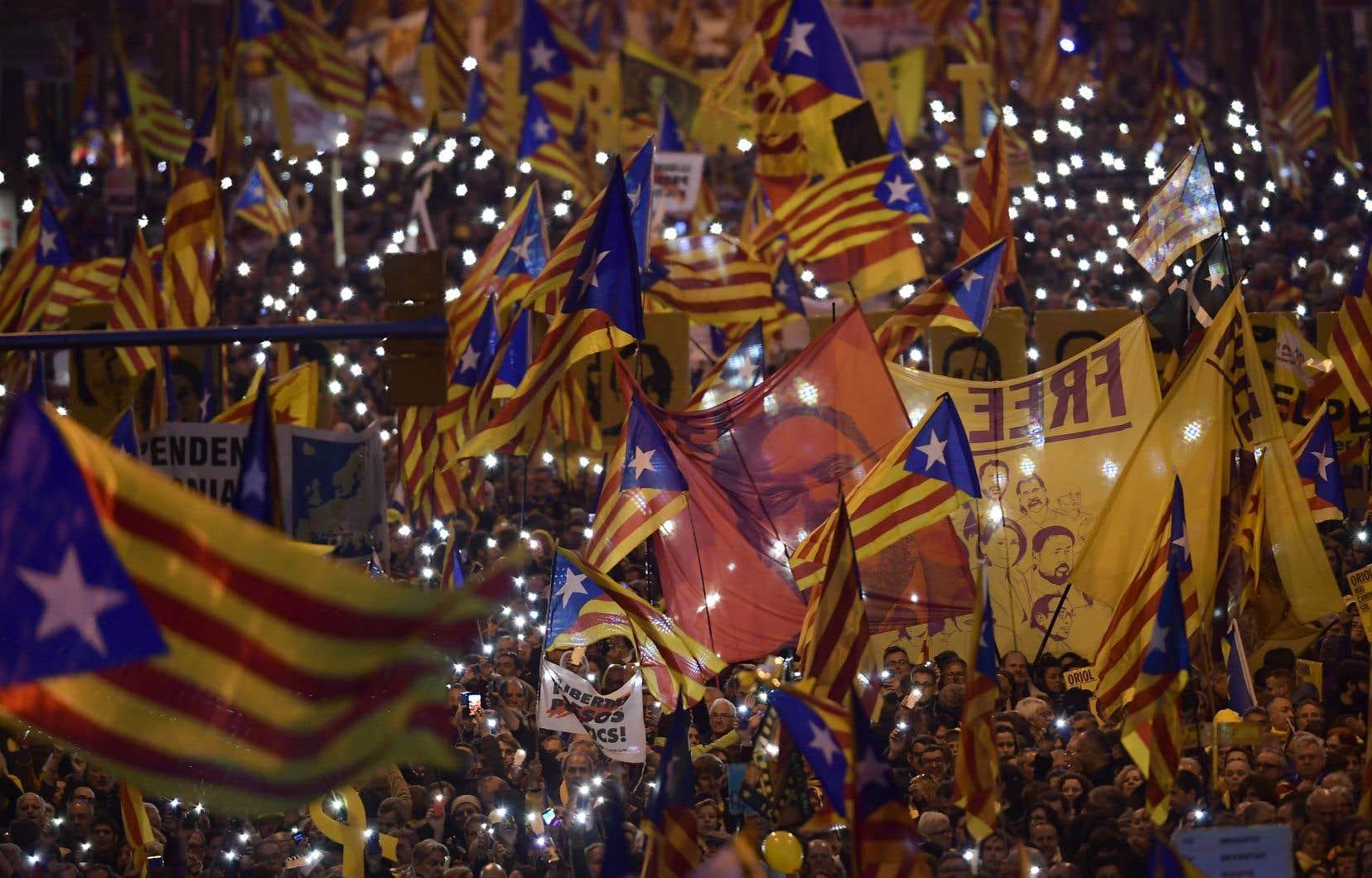 Des milliers de personnes ont manifesté contre le procès des anciens dirigeants séparatistes catalans à Barcelone en février dernier.