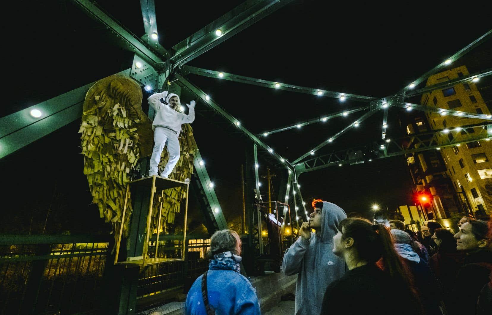 Dans cette nouvelle mouture arrivée avec la 20eédition du festival, cinq tableaux bigarrés investissent les berges de la rivière Saint-Charles.«Points de suspension», le tableau de Karine Ledoyen et Ludovic Fouquet, investit l'espace étroit du pont Lavigueur.