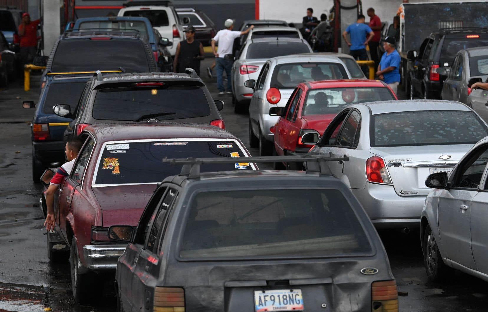 Ces pénuries obligent les automobilistes à faire la queue pendant parfois plusieurs jours devant les stations-service.