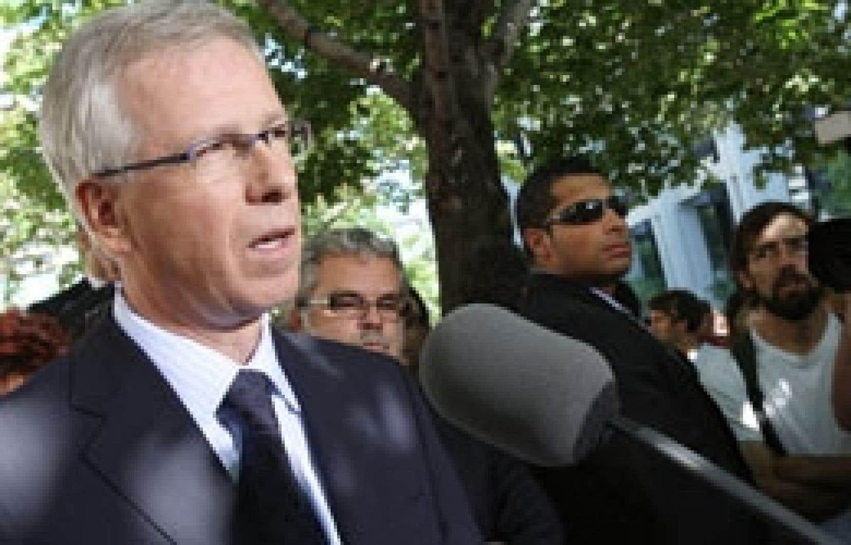 Le chef  libéral  Stéphane Dion en conférence de presse devant le collège Dawson, hier à Montréal, où il a annoncé son intention de rétablir le registre des armes à feu rendu inopérant par le gouvernement Harper depuis 2006.