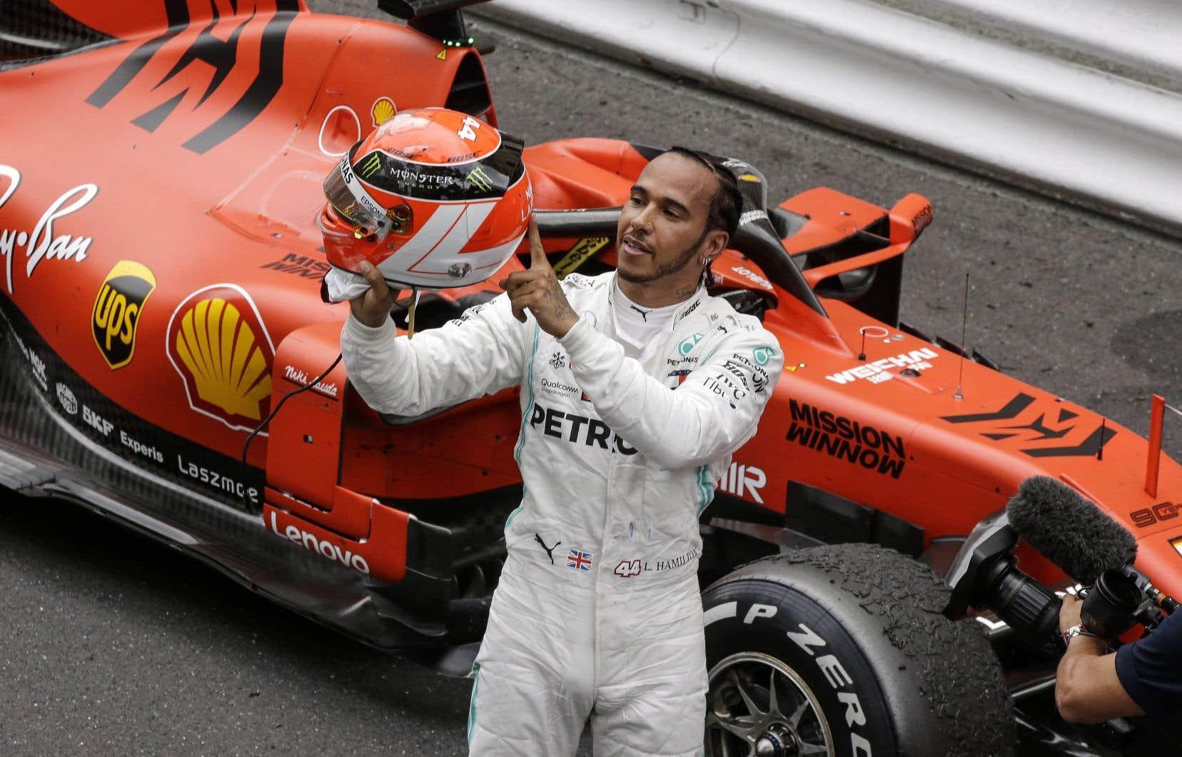 Lewis Hamilton, vainqueur de l'épreuve de Monaco, tient son casque rouge personnalisé en hommage à Niki Lauda, décédé le 20 mai dernier.