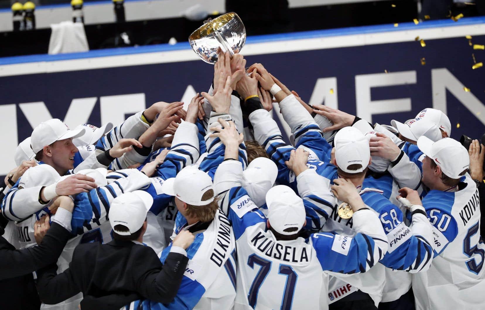 Les joueurs de l'équipe de Finlande ont soulevé la coupe après la victoire des leurs, dimanche.