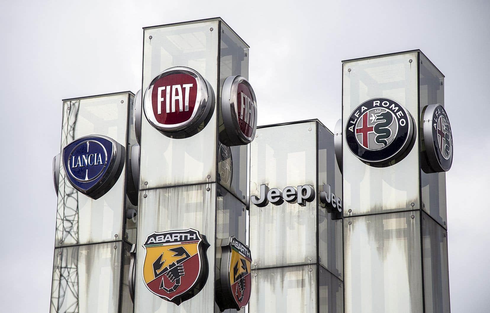 Les divisions de la compagnie Fiat Chrysler Automobiles, affichées par un marchand de Turin, en Italie
