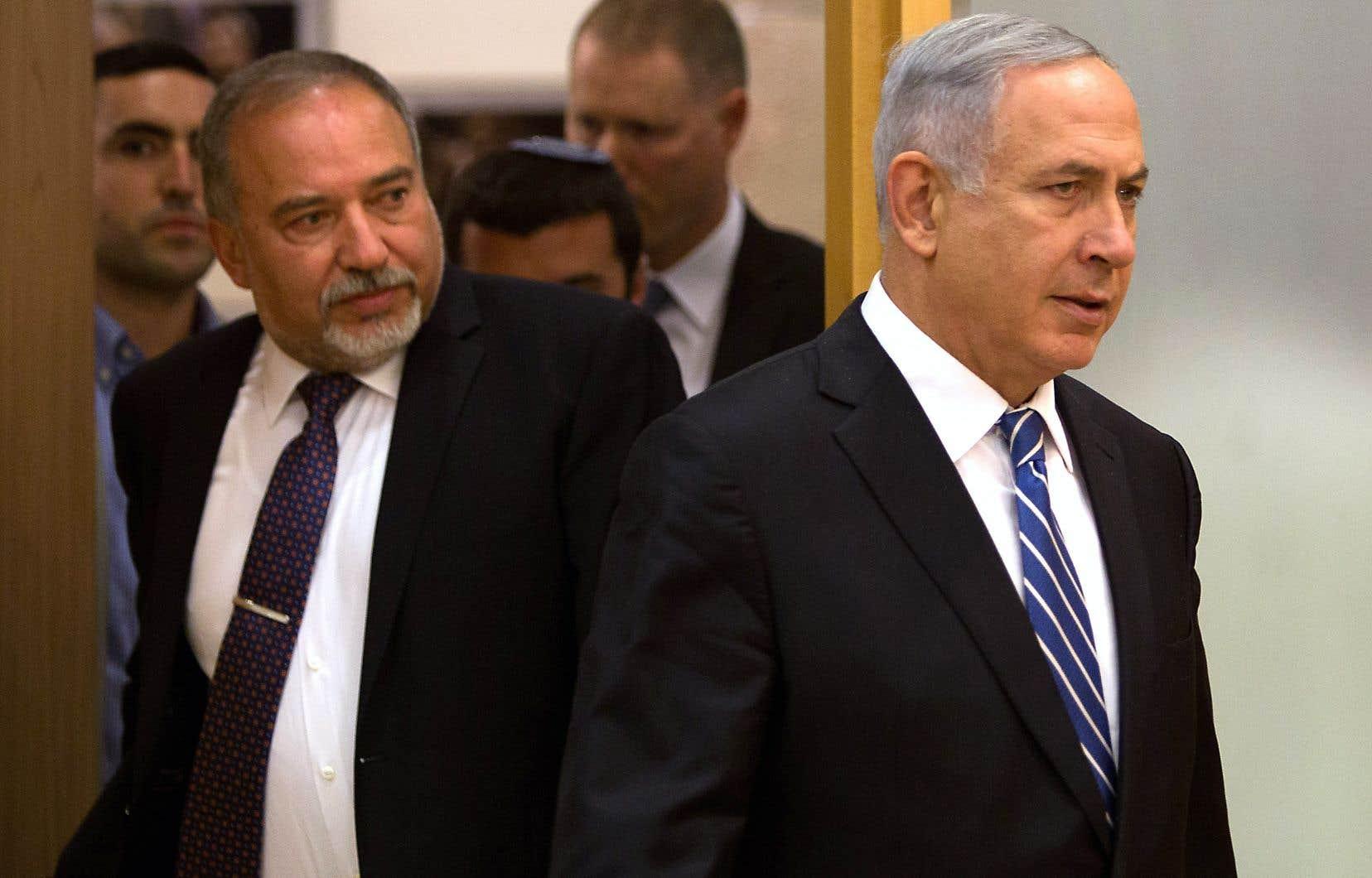 Le premier ministre Benjamin Netanyahu (à droite) avec son ancien ministre de la Défense,Avigdor Lieberman (à gauche)