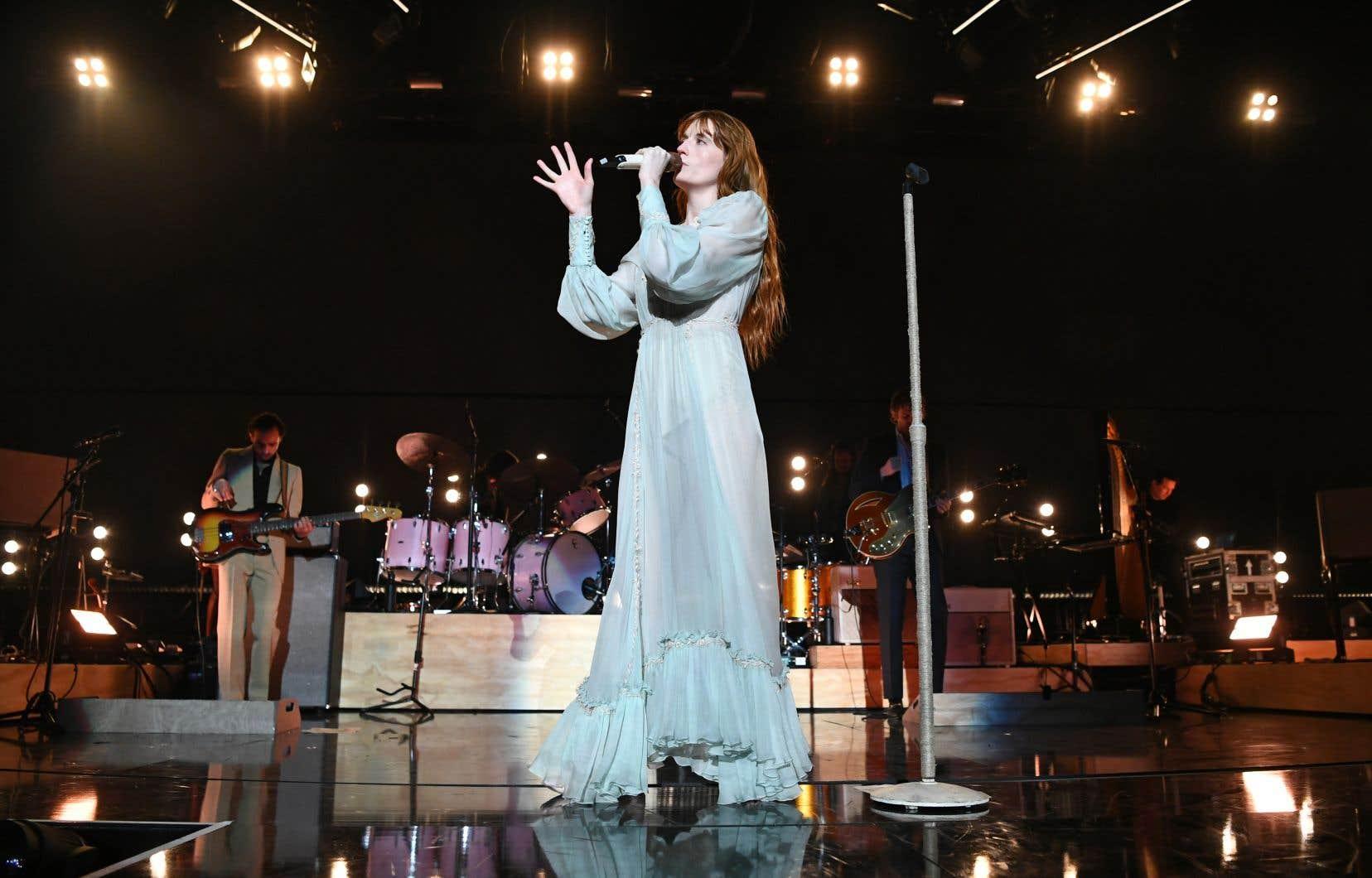 Quand Florence Welch descend au parterre et va chanter et danser tout près tout près des gens, devant les consoles, ce que l'on vit est absolument extraordinaire; une proximité événementielle.