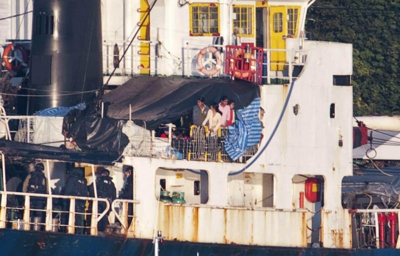 Après un voyage de trois mois, des Tamouls se sont aventurés hors de leur bâche à leur arrivée à l'île de Vancouver.<br />