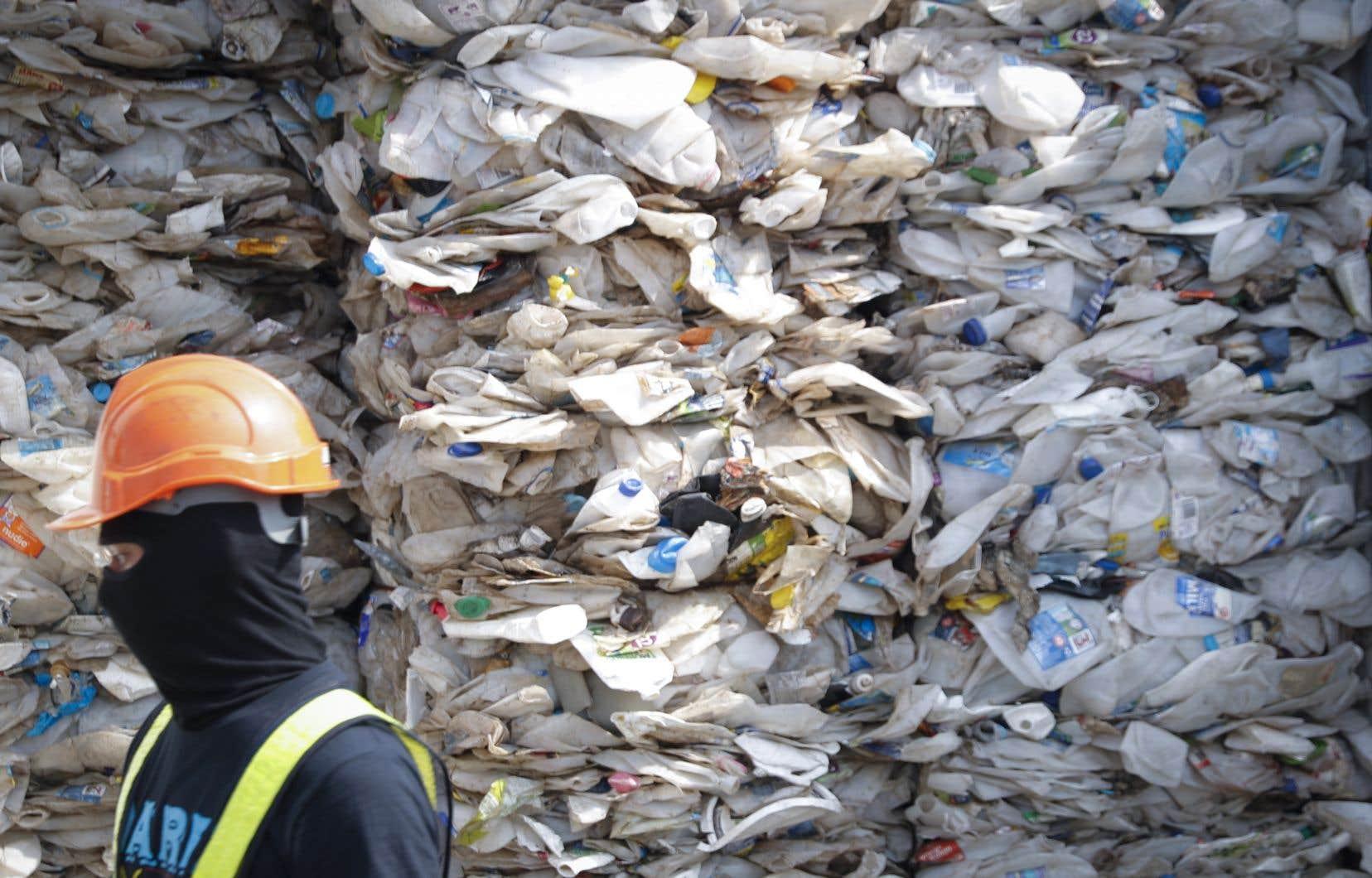 <p>Mardi encore, la Malaisie a indiqué qu'elle réexpédiait au Canada un conteneur rempli à ras bord de déchets canadiens qui, comme les conteneurs philippins, était destiné au recyclage, mais était trop contaminé par des produits non recyclables pour être utilisable.</p>