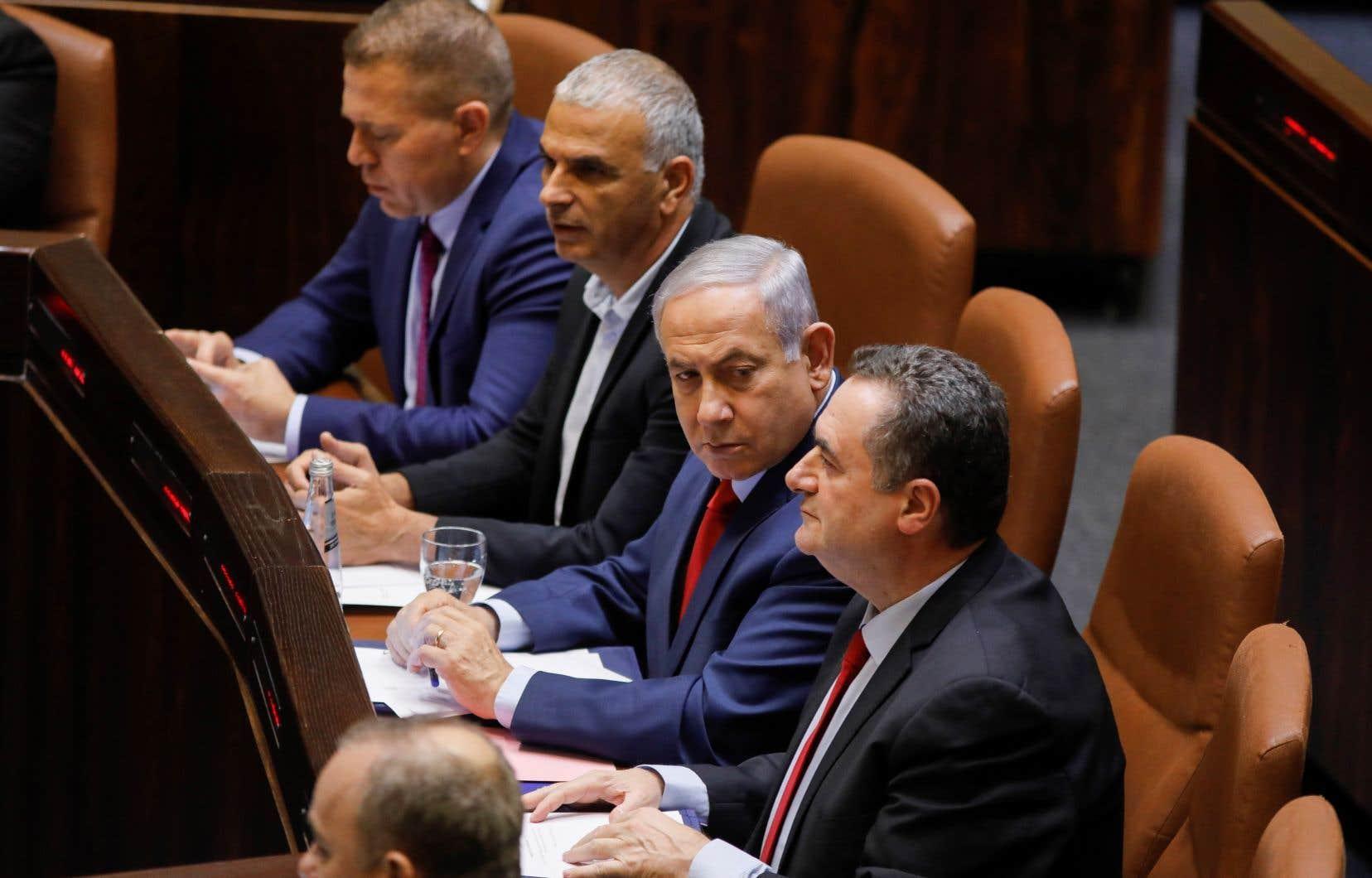 Benjamin Nétanyahou, incapable de former une coalition de gouvernement avec les partis de droite arrivés en tête des législatives, a préféré renvoyer les Israéliens aux urnes plutôt que de voir le président Reuven Rivlin donner sa chance à un autre député.