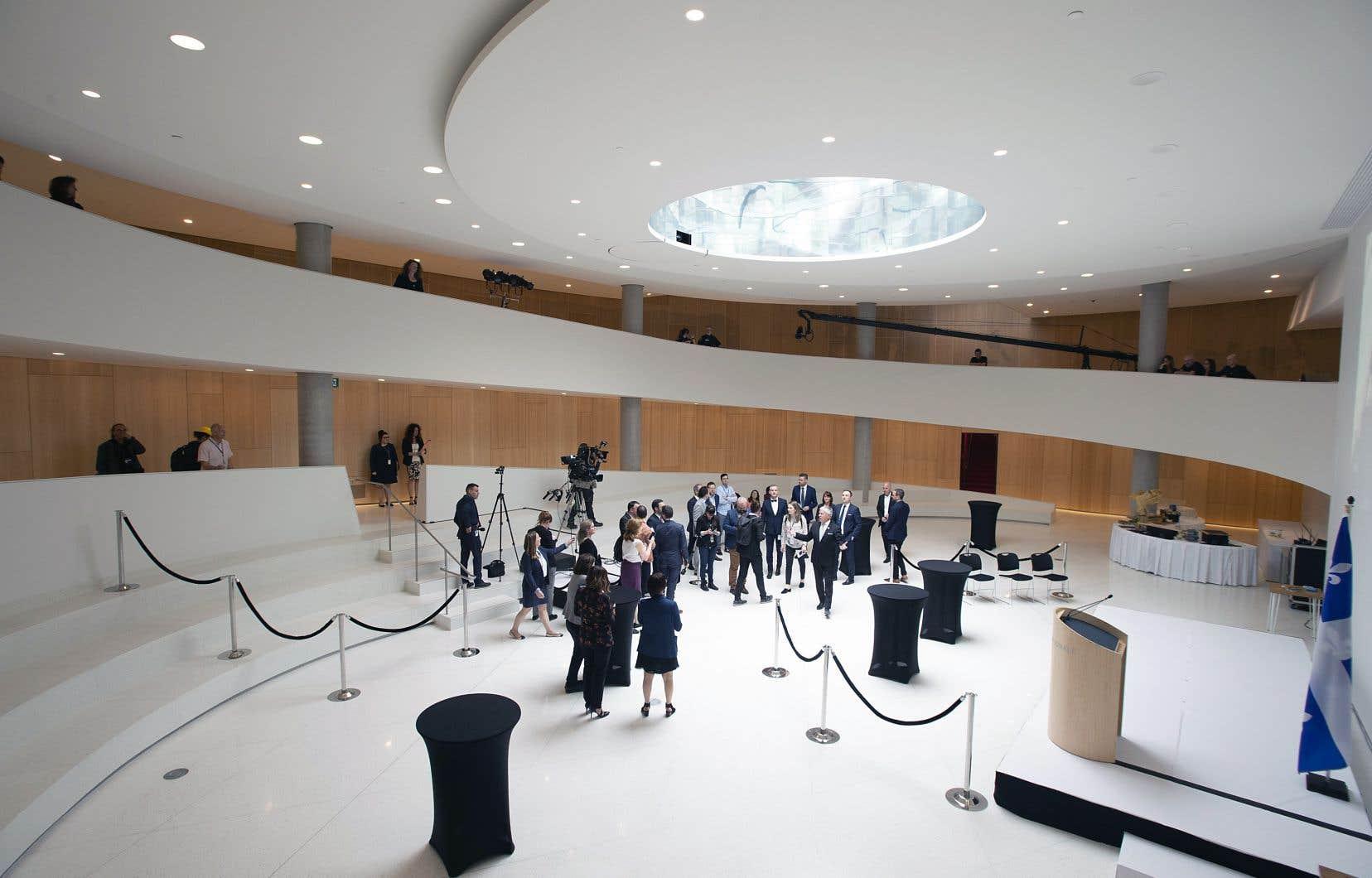 Le nouveau pavillon de l'Assemblée nationale, la «Maison des citoyens», a été inauguré mercredi. Sur la photo, le président de l'Assemblée nationale, François Paradis, fait visiter à des journalistes une agora destinée aux activités citoyennes. Cette salle est surplombée d'un puits de lumière circulaire.