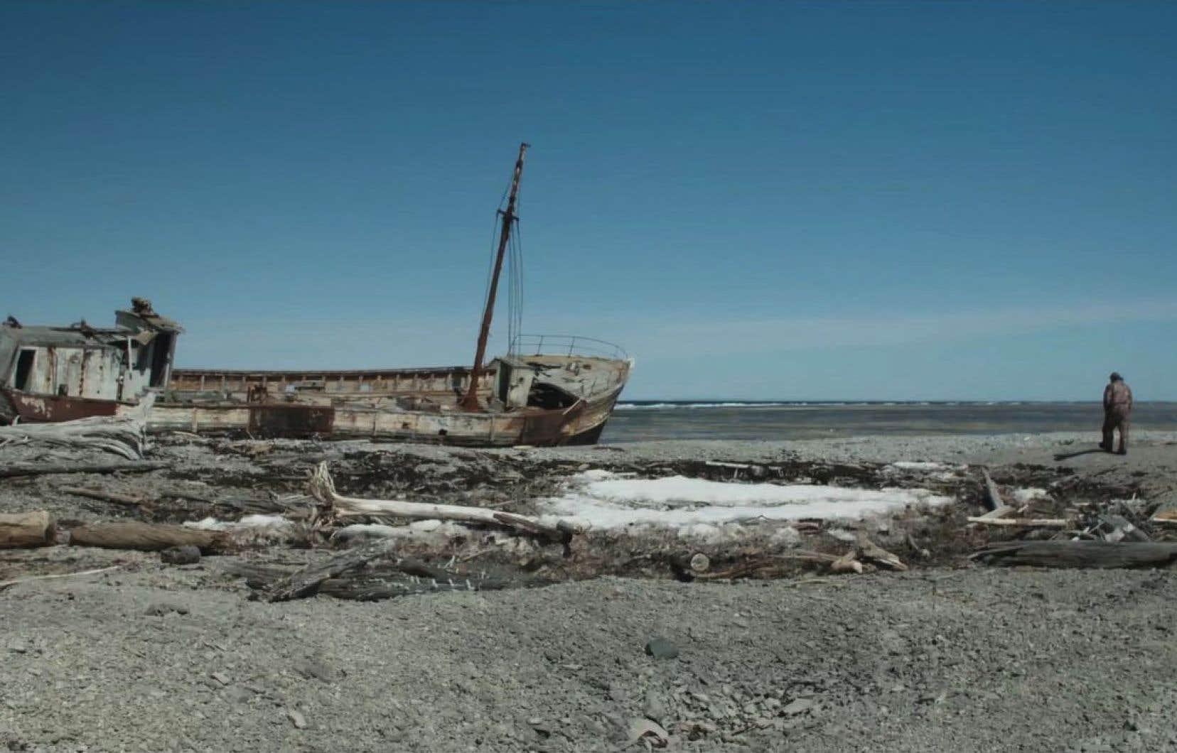 À Anticosti, Claire Legendre a débusqué des «naufragés» vivant sur ce «cimetière» entouré d'épaves croupissant au fond des eaux depuis des centaines d'années.