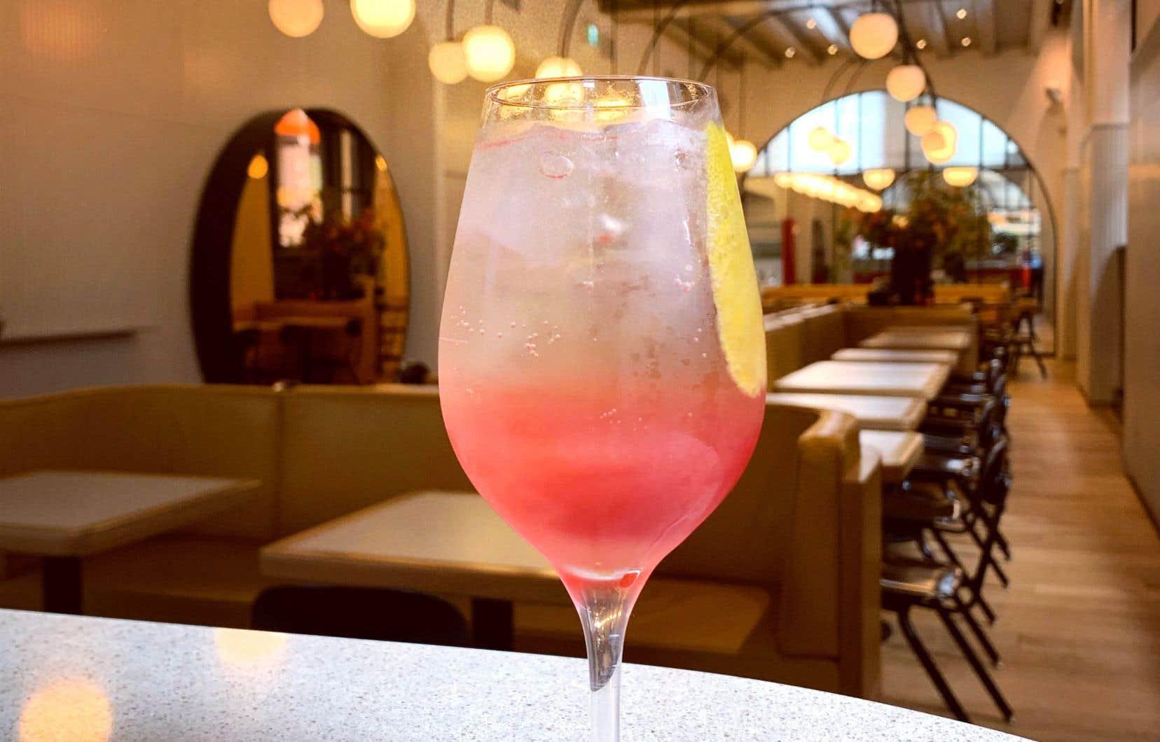 Dans un verre rempli de glaçons, mélanger tous les ingrédients et servir avec un zeste de citron.