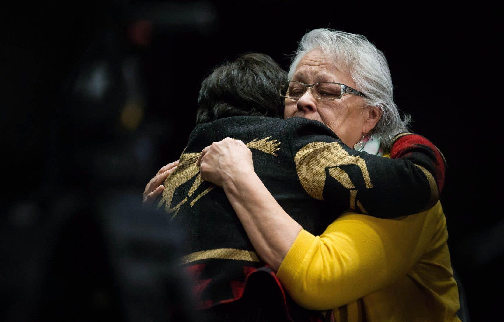 Viola Thomas et Rita Blind se réconfortent mutuellement lors de la dernière journée d'audience de de l'Enquête sur les femmes autochtones, à Richmond, en Colombie-Britannique, l'an dernier.