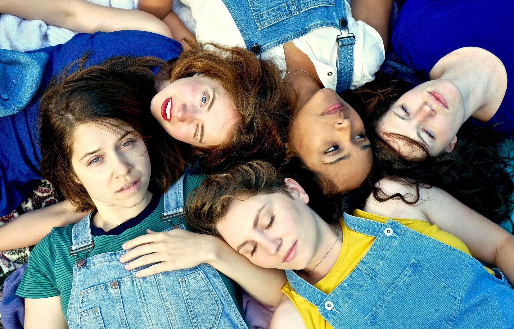 Les cinq comédiennes, qui s'incarnent, retracent leurs élans créatifs... en même temps que leur difficulté à travailler ensemble.