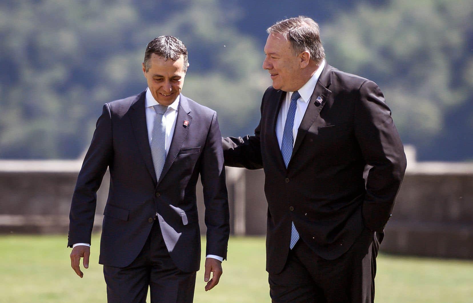 Le secrétaire d'État américain, Mike Pompeo (à droite), était en compagnie de son homologue suisse, Ignazio Cassis, à Castelgrande, un site médiéval niché dans les Alpes.