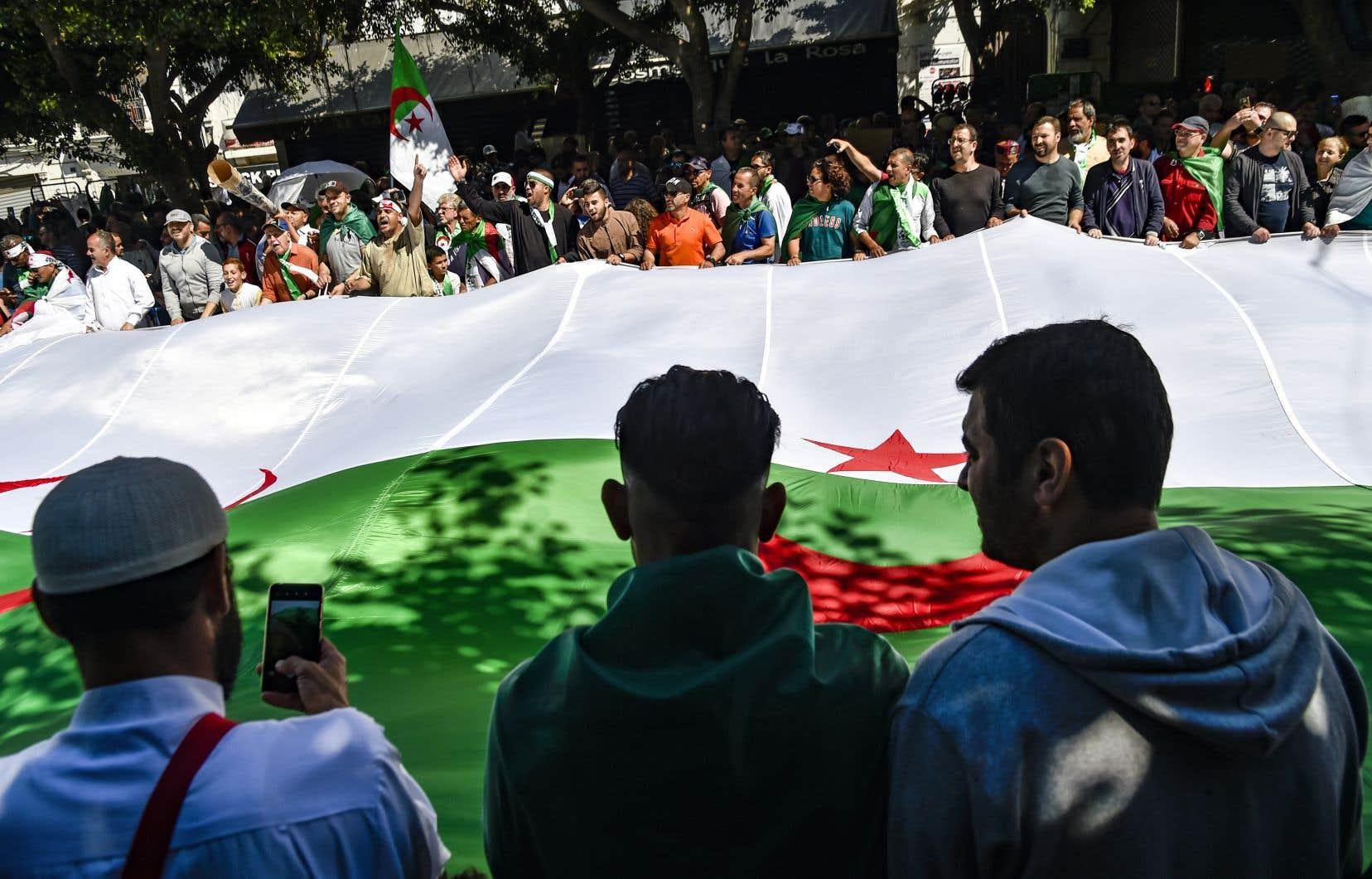 Les manifestants réclament au préalable le départ des dirigeants actuels ayant participé au régime d'Abdelaziz Bouteflika.